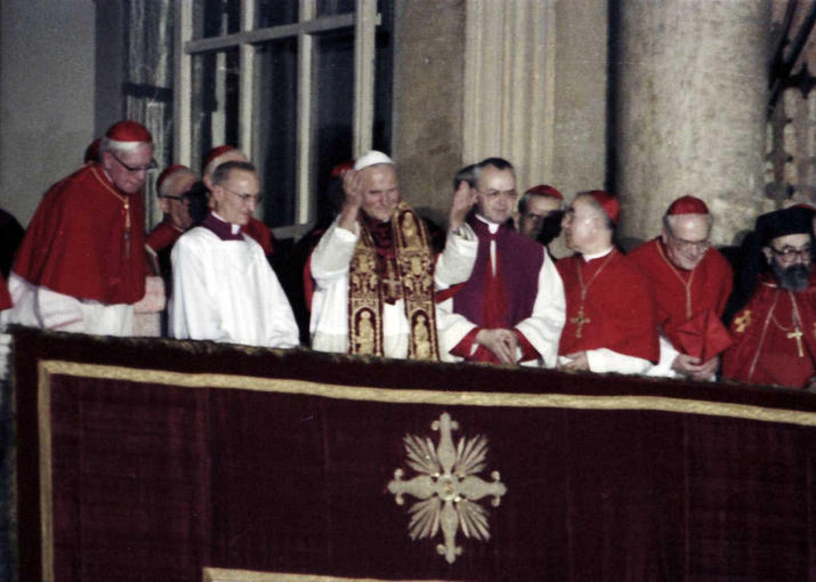 El 16 de octubre de 1978, el polaco Karol Wojtyla hacía su primera aparición en el balcón de la basílica de San Pedro de El Vaticano como Papa.