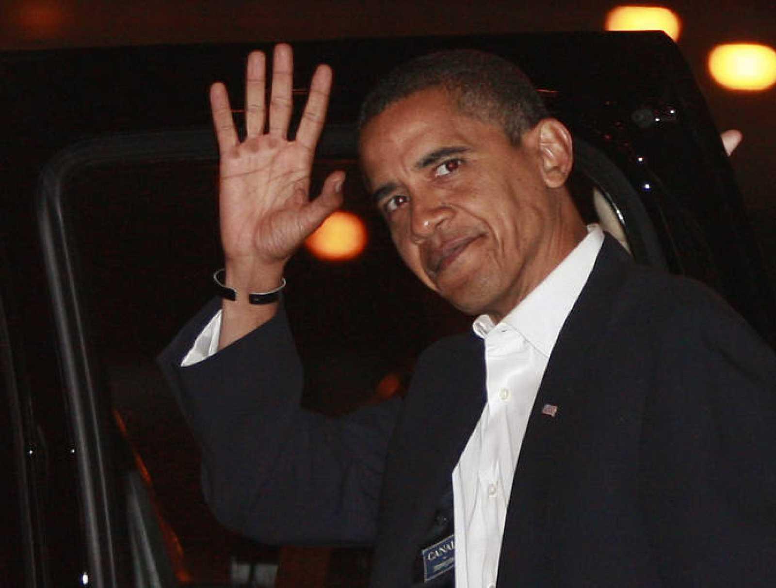 Barack Obama saluda a la prensa el día después de las elecciones presidenciales del 4 de noviembre.