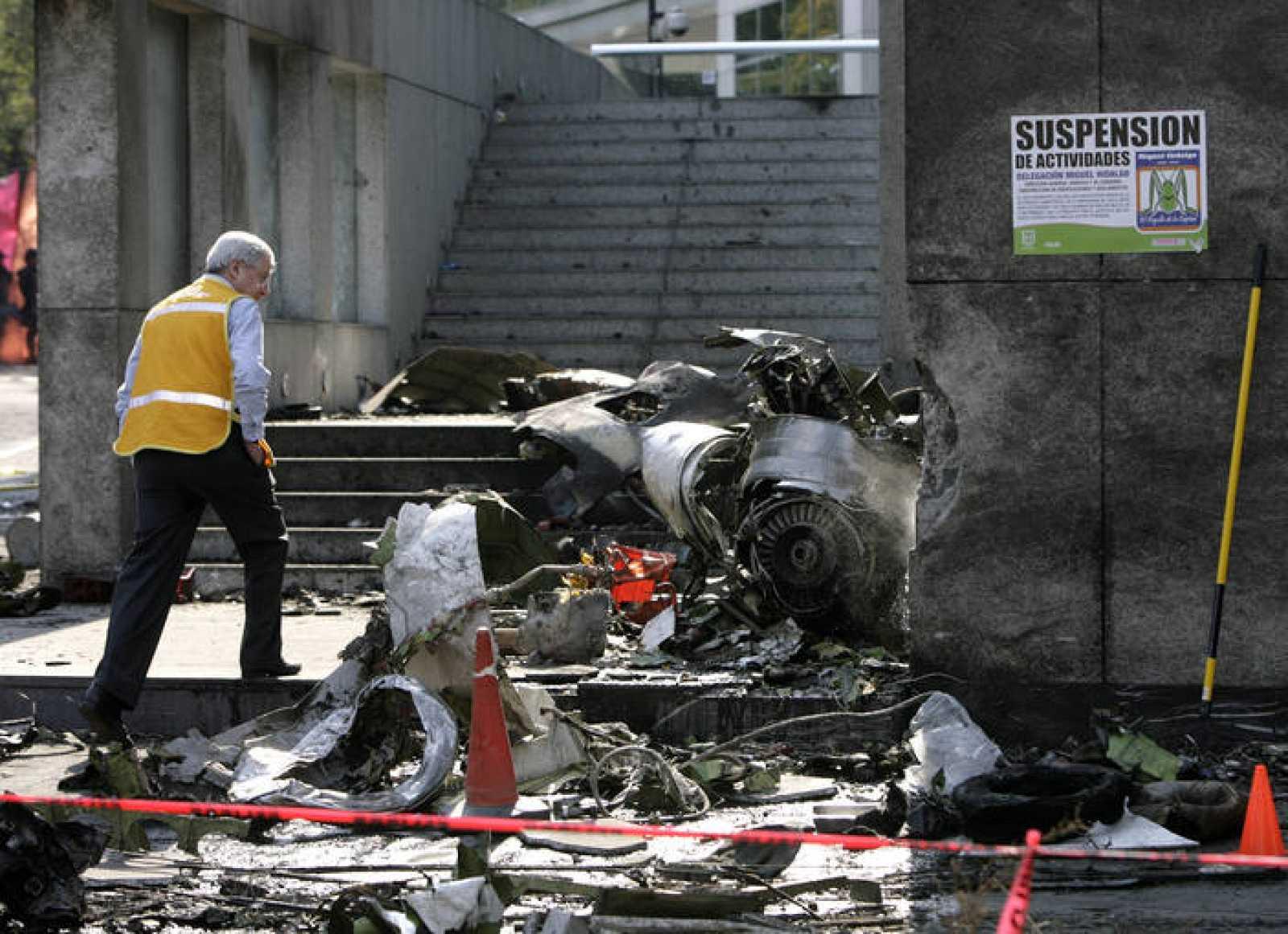 Un experto extranjero observa los restos de la avioneta en la que ha muerto el secretario de la Gobernación de México, Juan Camino Mouriño en la Ciudad de México.