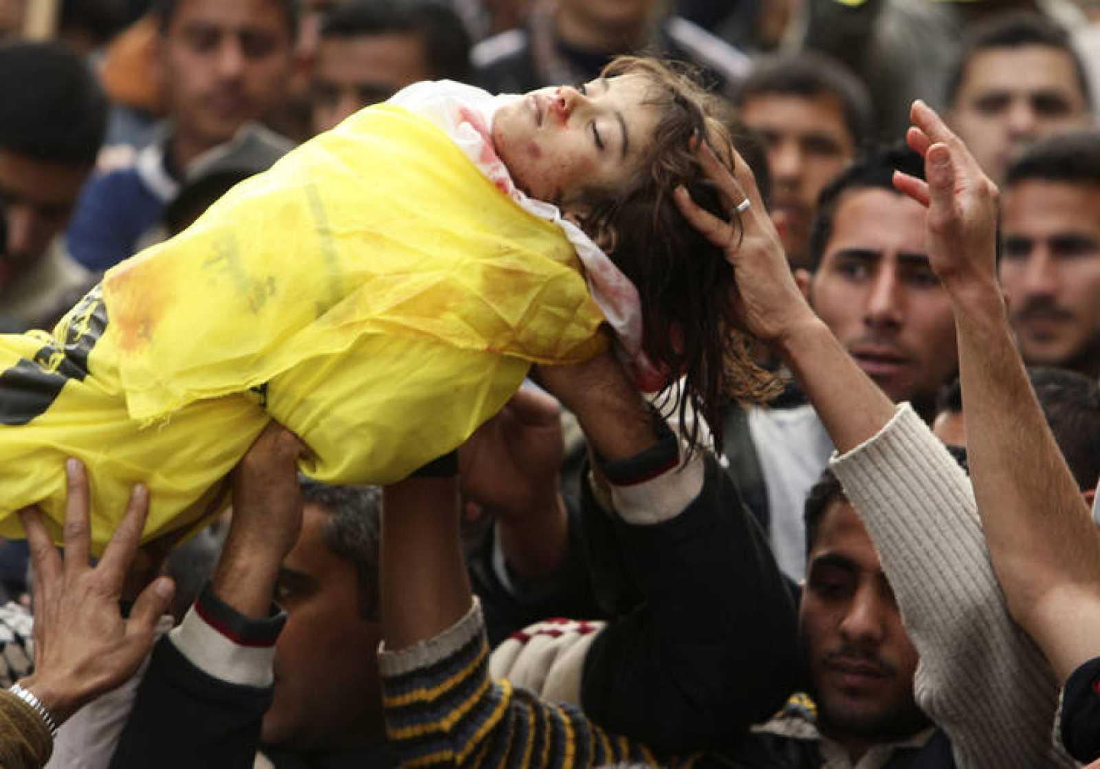 Entierro de Lama Hamdam, una niña de cuatro años que ha muerto en uno de los bombardeos que Israel mantiene sobre la Franja de Gaza desde el sábado 27 de diciembre.