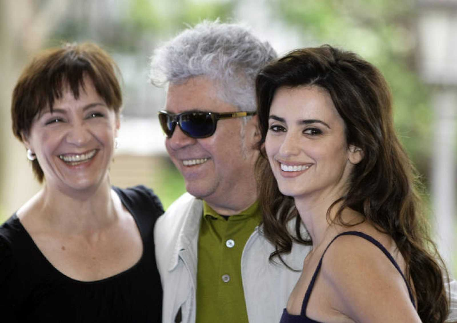 Spanish film director Almodovar and actresses Penelope Cruz and Portillo smile during a photocall in Madrid