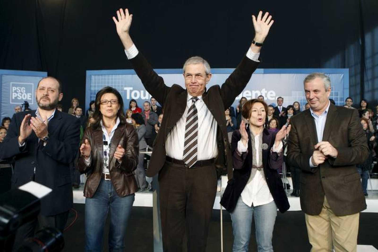 El candidato del PSdeG, Emilio Pérez Touriño, en el centro, junto a los cabeza de lista para las elecciones al Parlamento gallego.