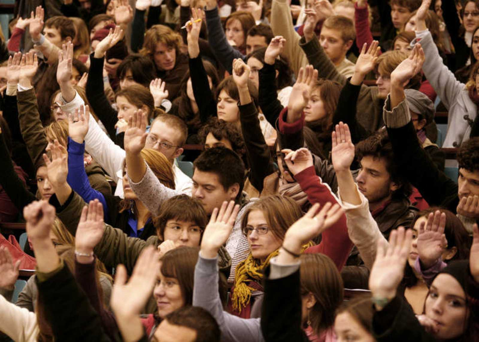 Una asamblea de estudiantes universitarios.