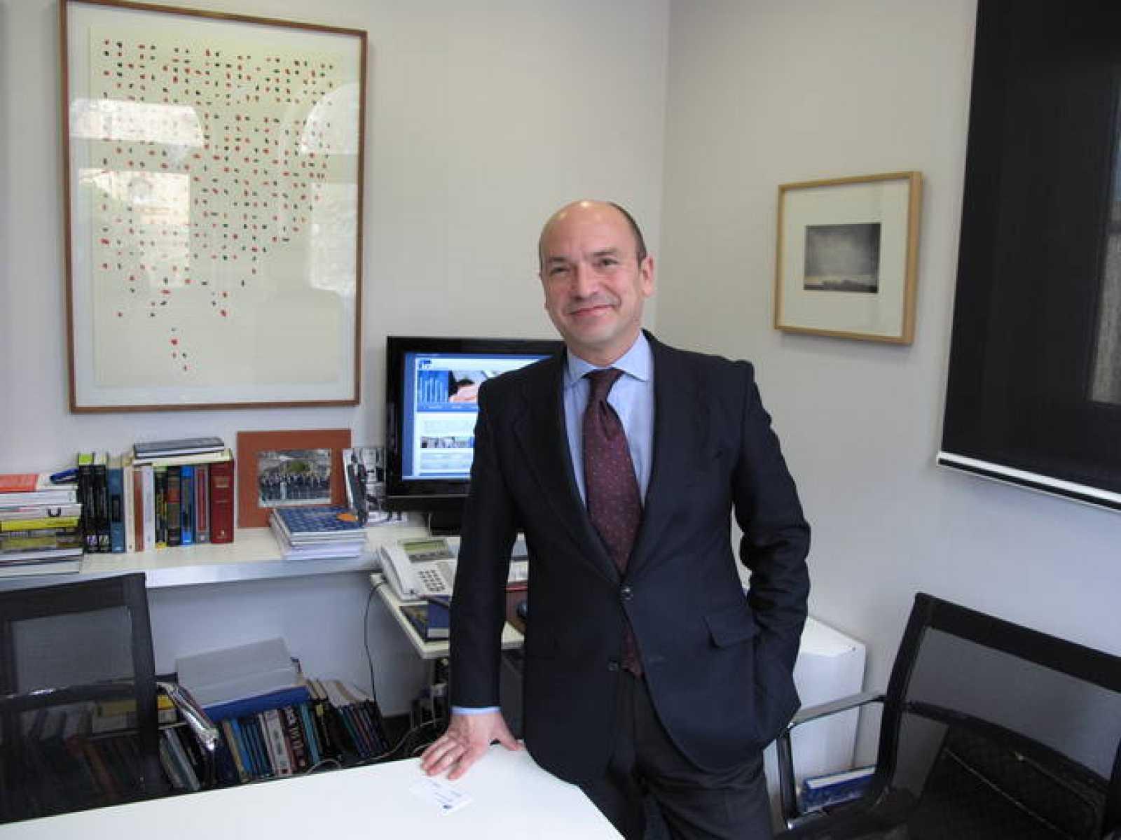 Santiago Íñiguez, rector de la IE Universidad, en su despacho