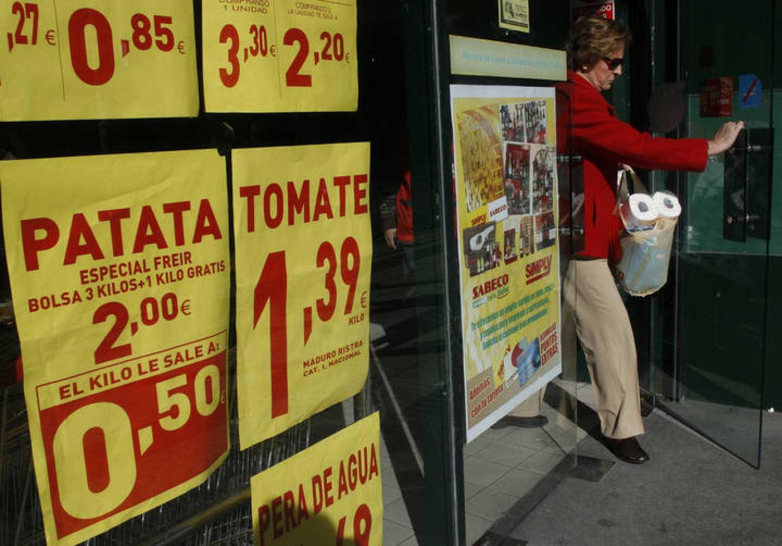 Mujer saliendo de supermercado en Madrid