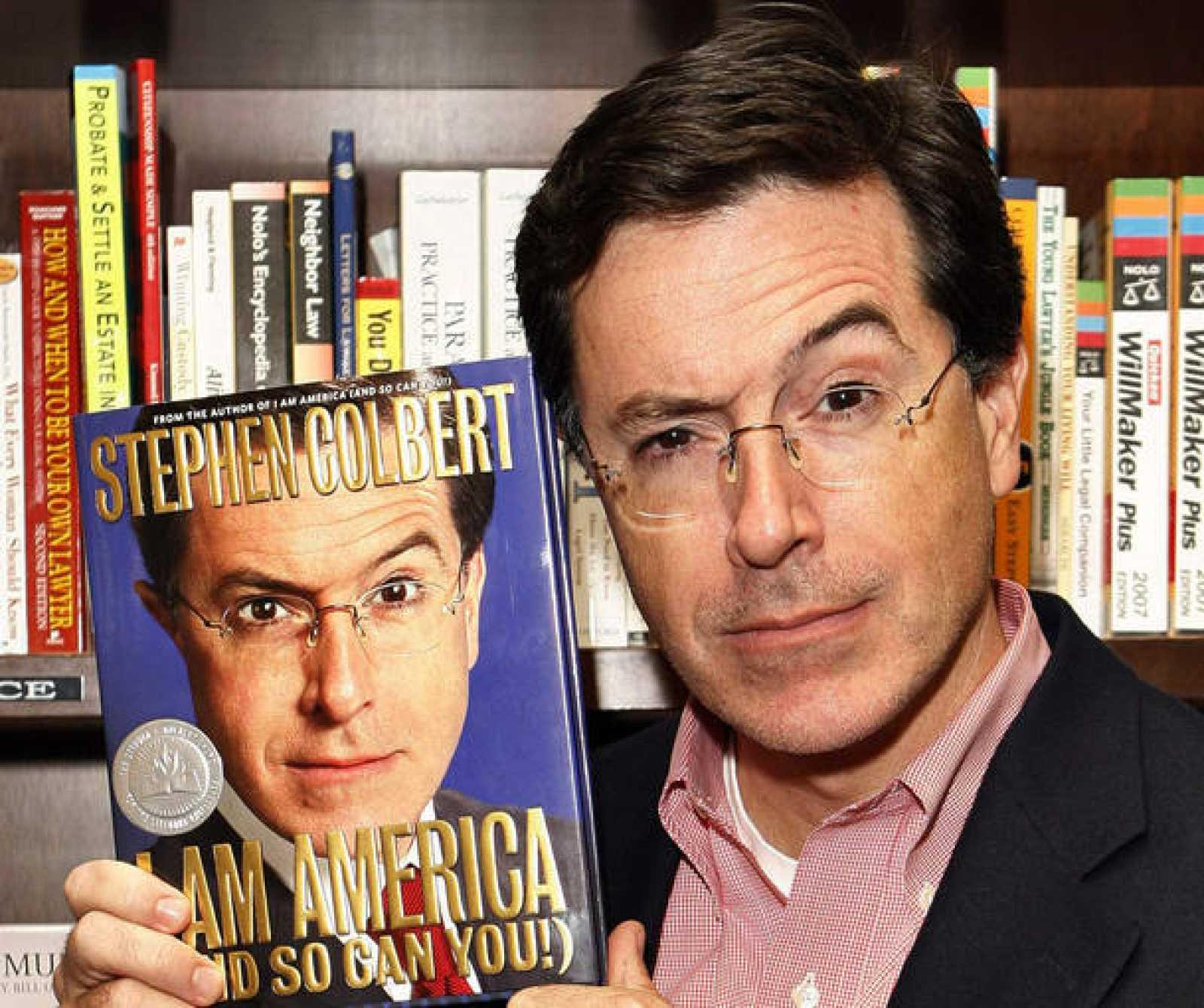 El cómico Stephen Colbert, posando con uno de sus libros.