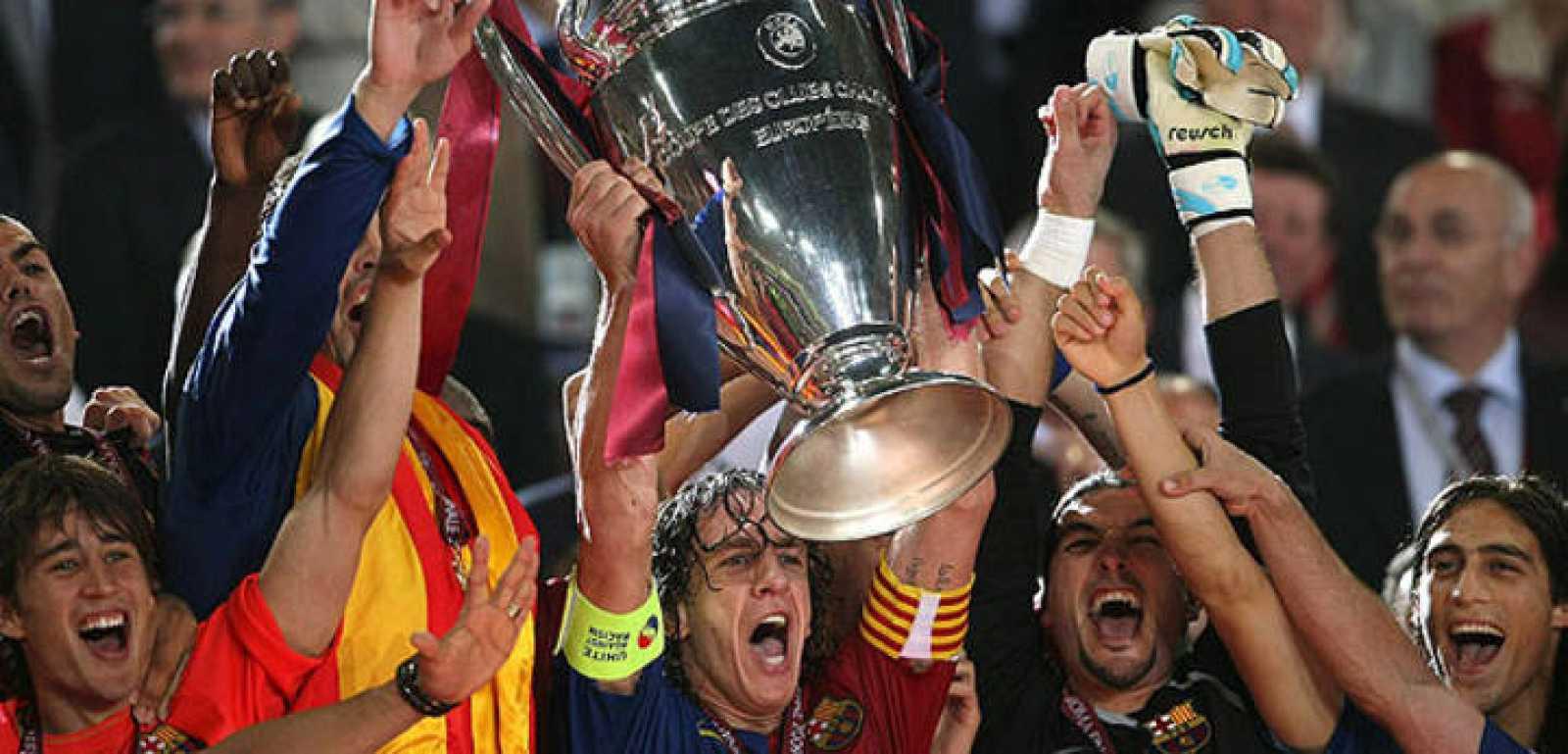 Puyol, capitán del Barcelona, levanta la Copa de Europa tras vencer al Manchester.