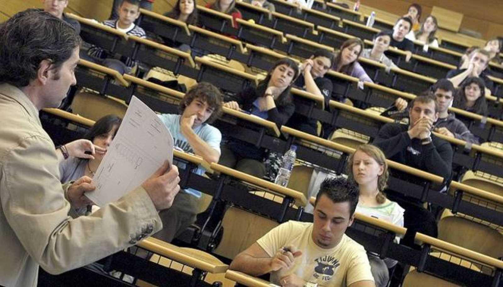 Un miembro de un tribunal de Selectividad explica a los alumnos las normas para hacer uno de los exámenes.