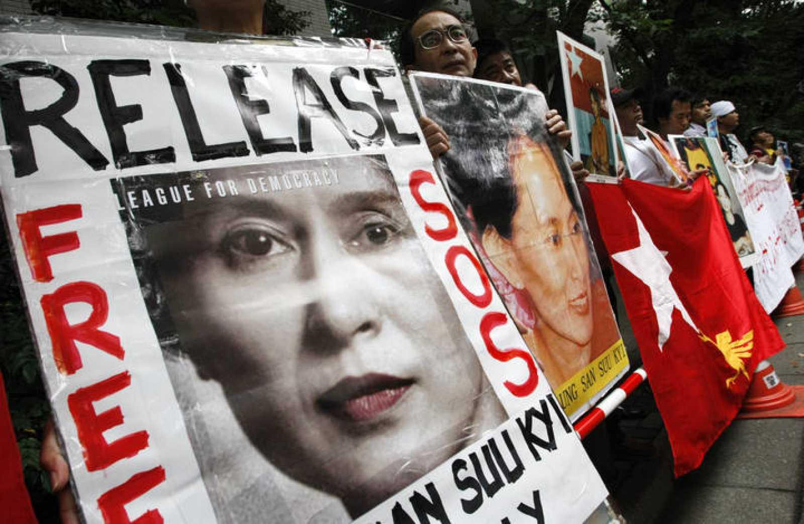 Seguidores de Aung San Suu Kyi ante la embajada birmana en Tokio