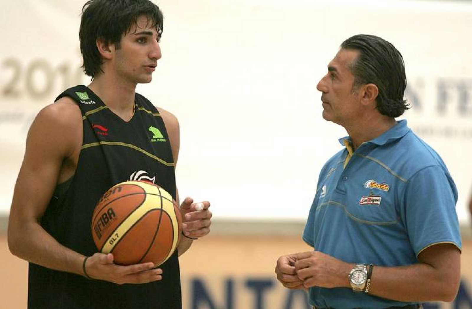 Ricky Rubio conversa con el seleccionador Sergio Scariolo en la concentración de la selección.