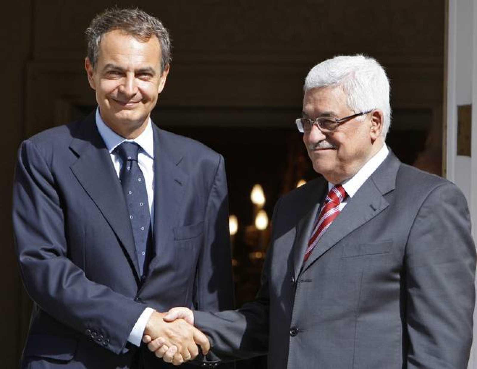 Zapatero saluda a Abás a su llegada al Palacio de la Moncloa.