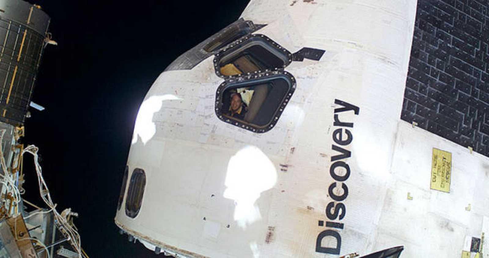 El transbordador Discovery, que llegó el domingo a la plataforma espacial