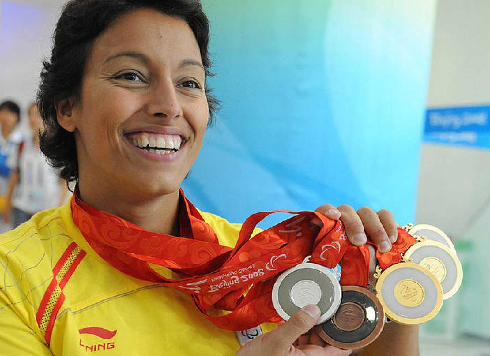 La nadadora paralímpica Teresa Perales posa con las cinco medallas conseguidas en Pekín.