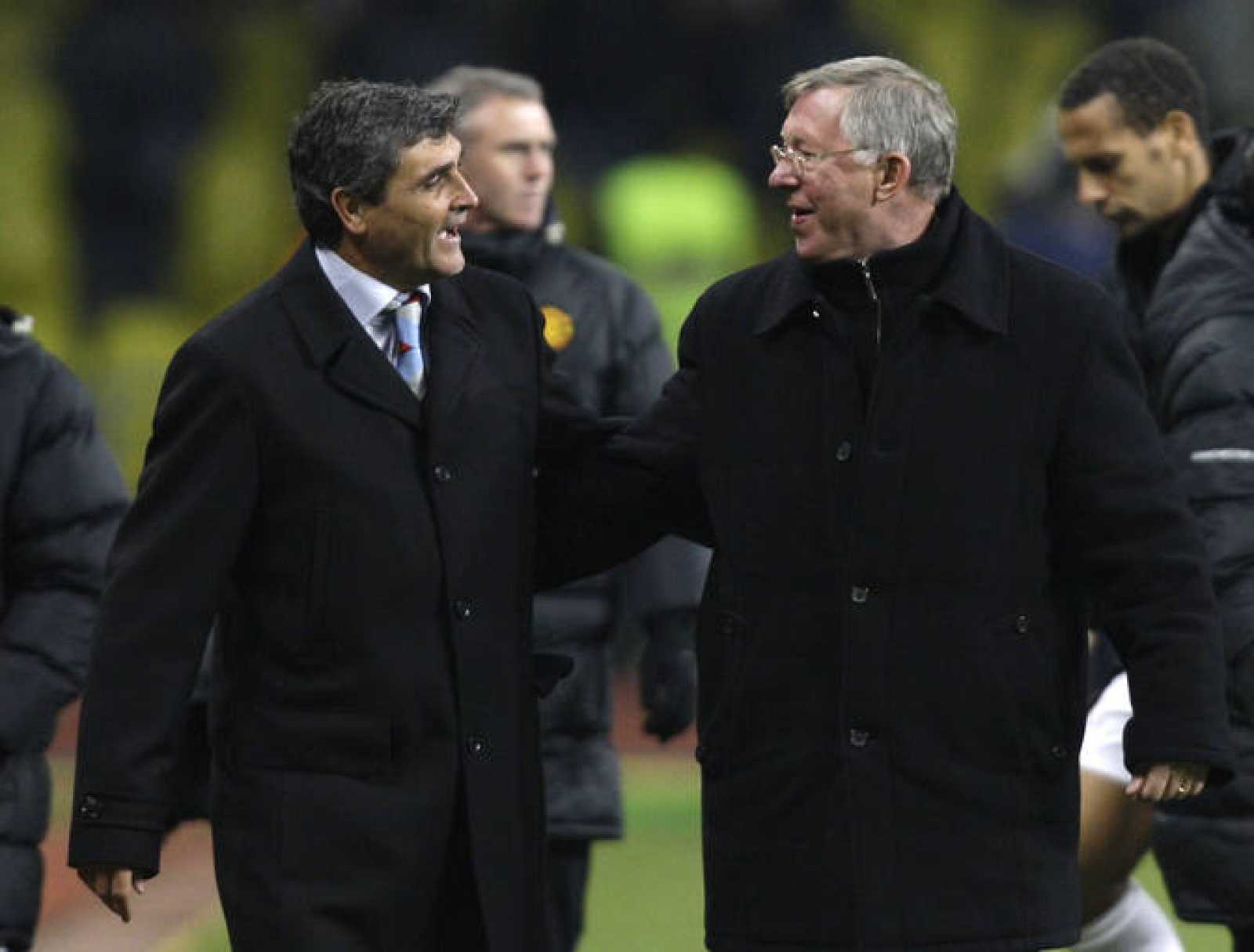 Juande Ramos felicita a Alex Ferguson tras el partido ante el Manchester United de Champions League.
