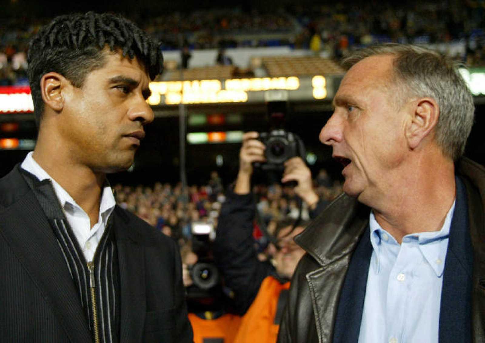 Johan Cruyff habla con el ex entrenador del FC Barcelona, el también holandés Frank Rijkaard.