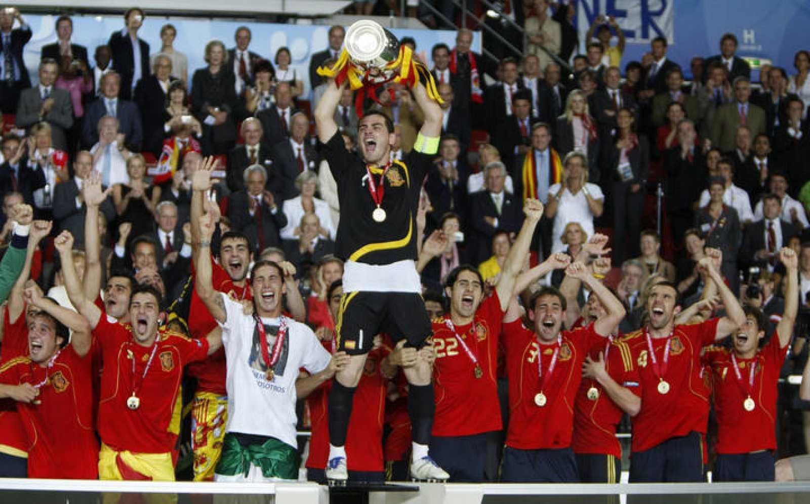 Iker Casillas levanta el trofeo de la Eurocopa 2008 ante sus compañeros de equipo.