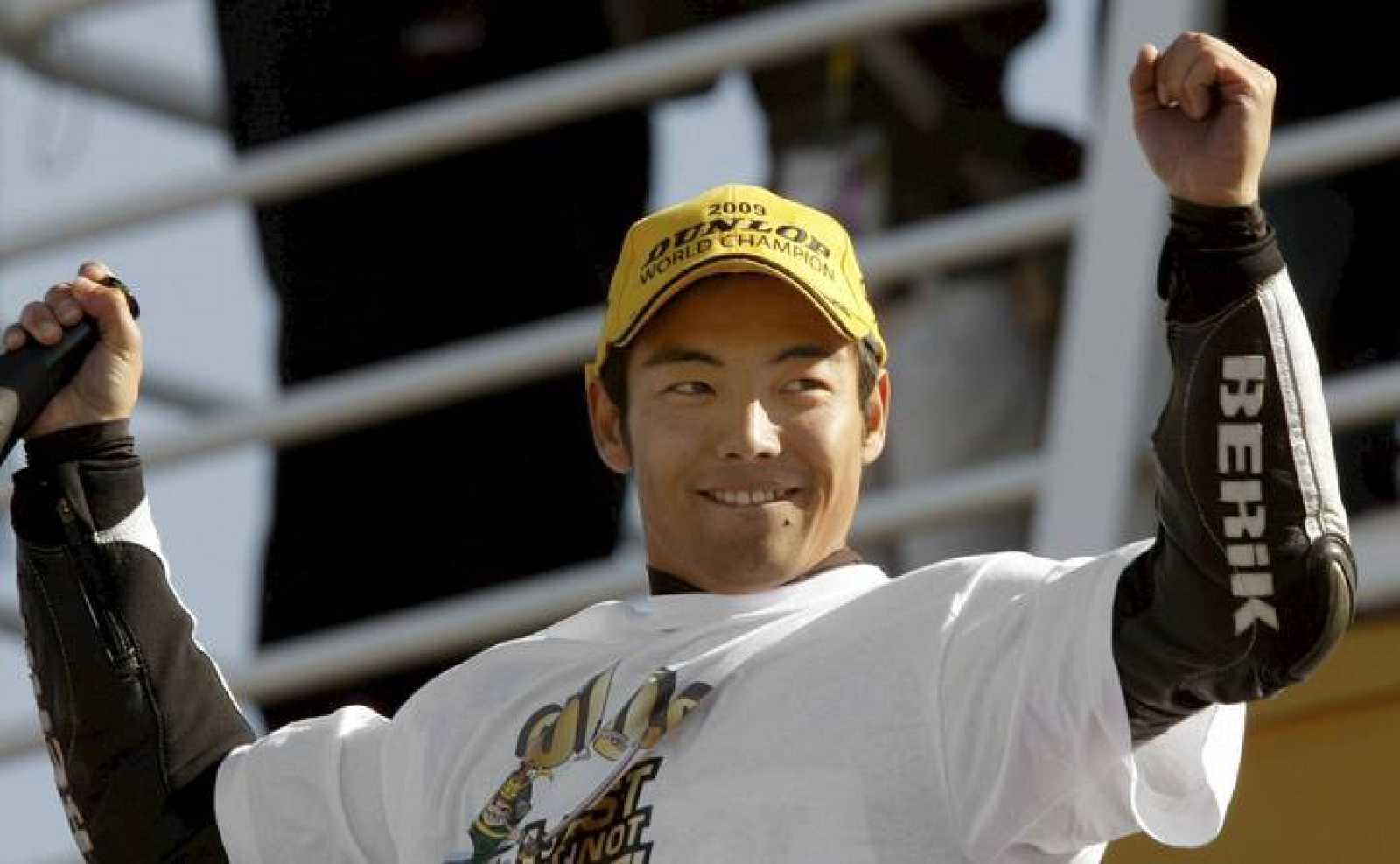 El piloto japonés Hiroshi Aoyama celebra su título de campeón del mundial de 250 cc.