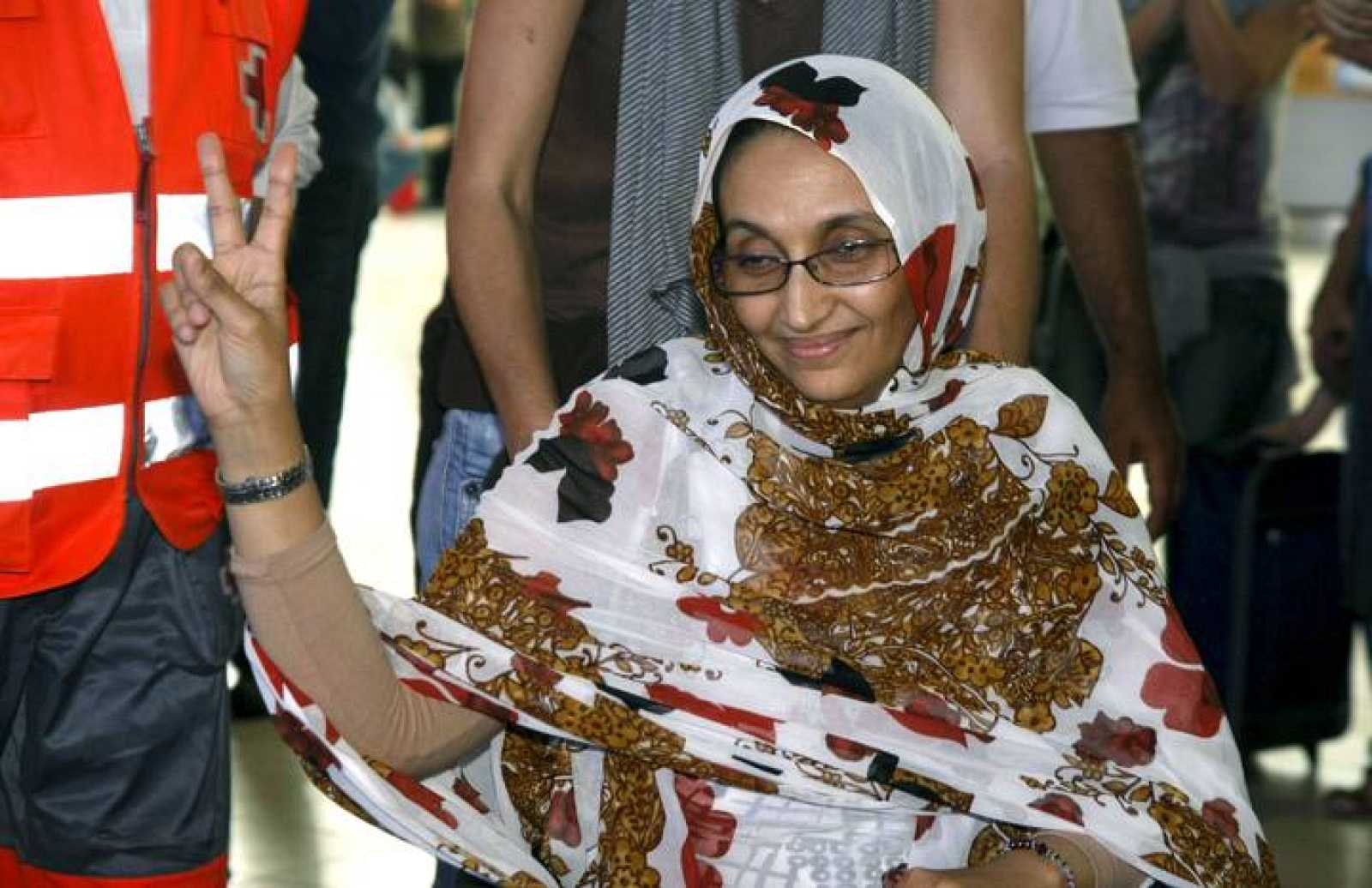 La activista saharaui Aminetu Haidar, que se encuentra en el aeropuerto de Lanzarote desde hace una semana, en huelga de hambre, tras ser expulsada por Marruecos, agradece el apoyo que multitud de personas le ofrecen.