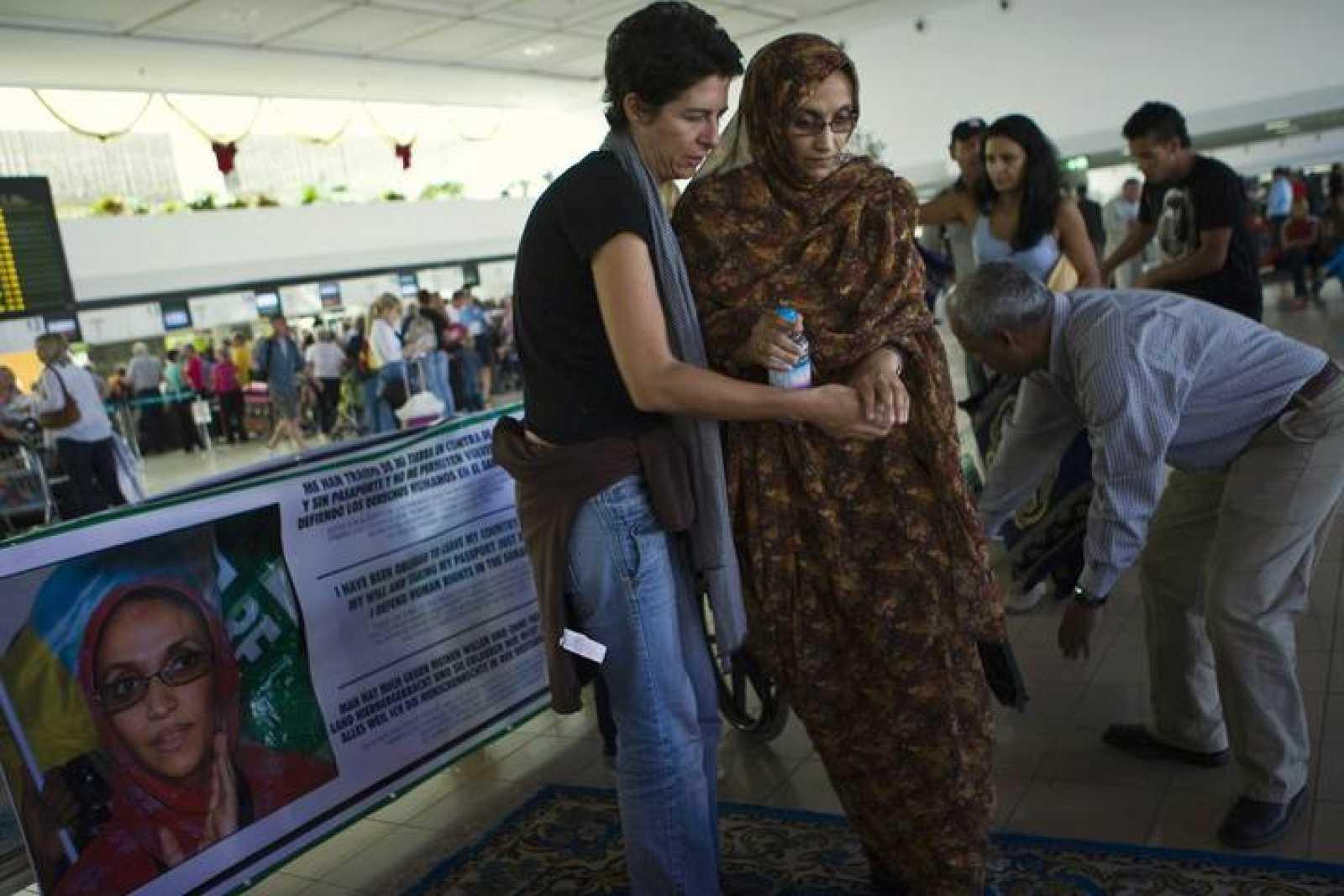 La activista saharaui, Aminatu Haidar, en el aeropuerto de Lanzarote donde mantiene una huelga de hambre.