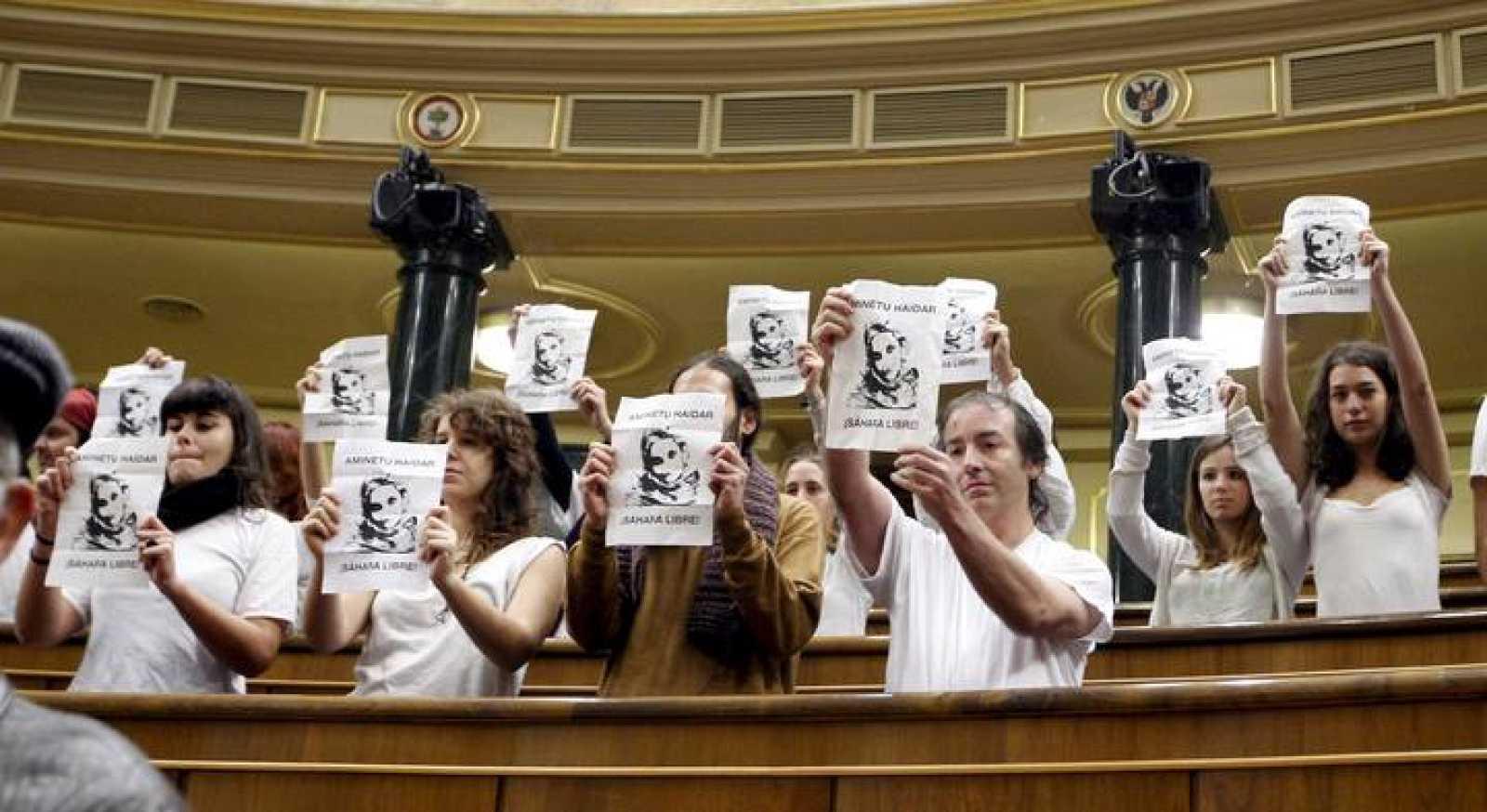 Una veintena de personas se han levantado en silencio en el Congreso con pancartas de apoyo a Haidar.