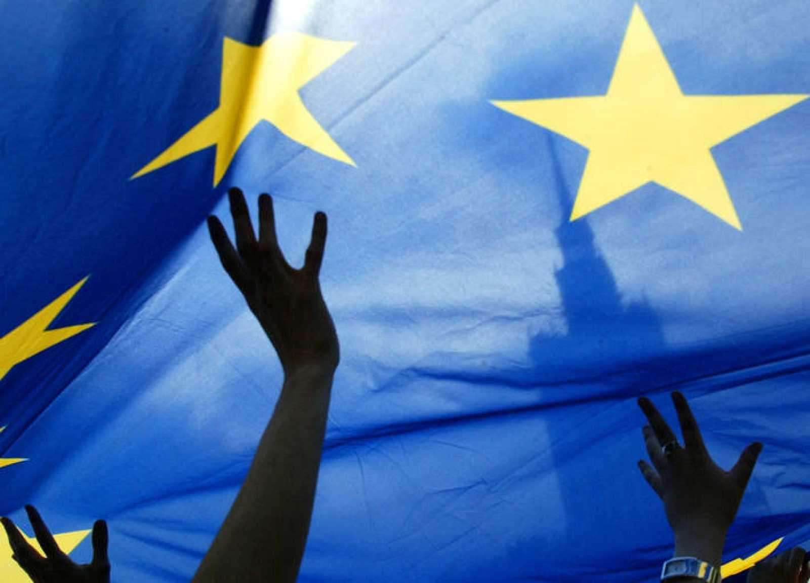 La bandera de la Unión Europea ondea frente al Palacio de Cultura de Warsaw en Polonia.
