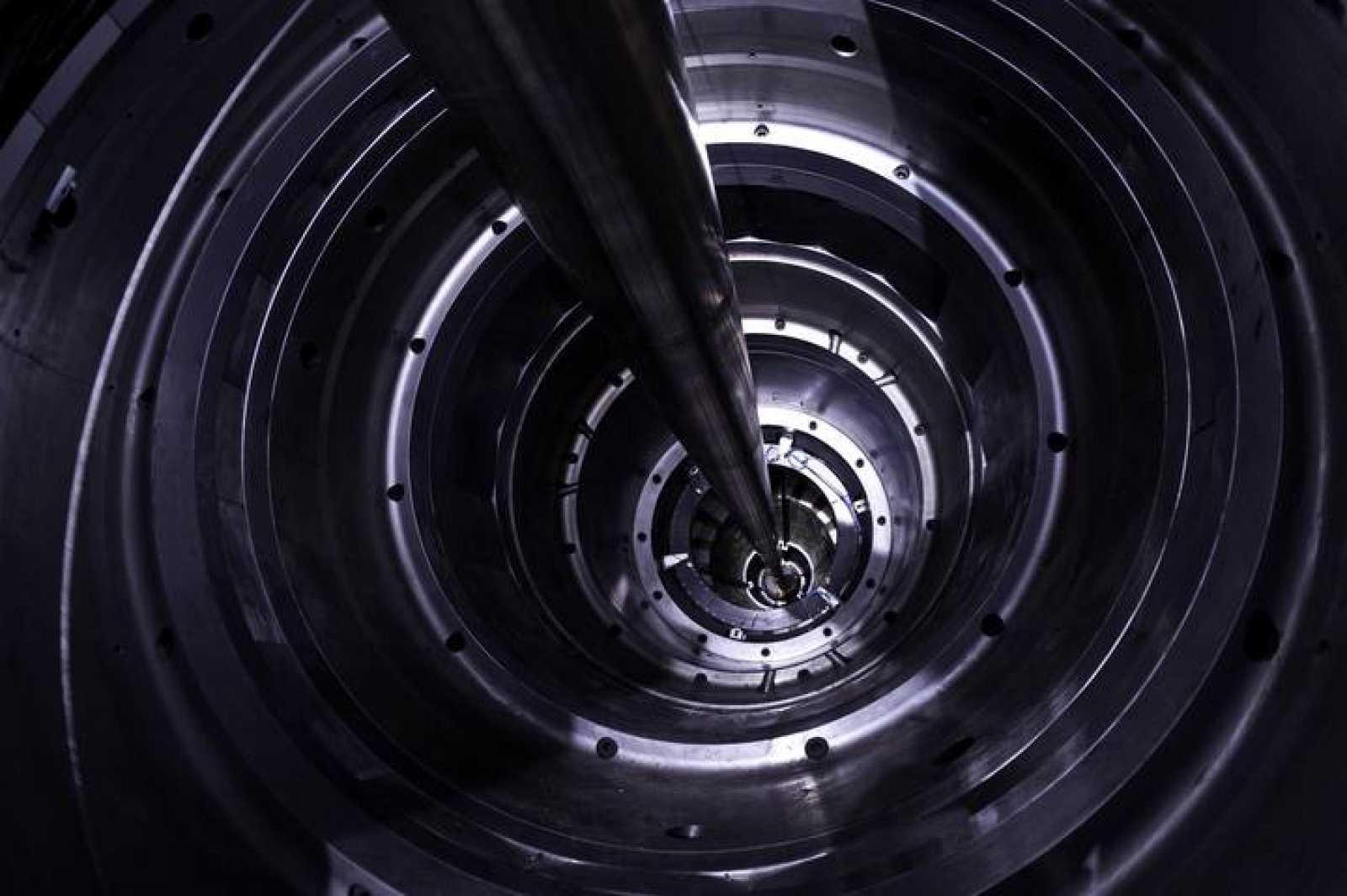 Interior del túnel del LHC por donde circulan los protones