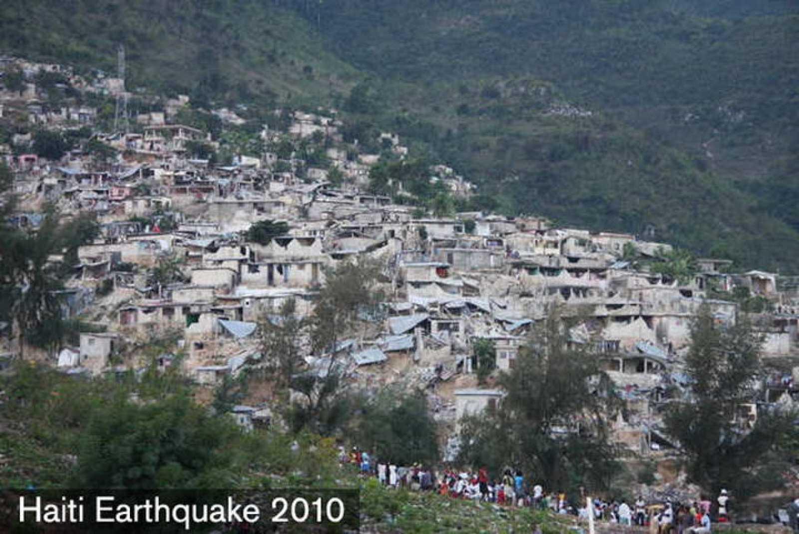Fotografía cedida por la Cruz Roja Americana donde se observa la devastación en unos de los barrios de Puerto Príncipe tras el terremoto.