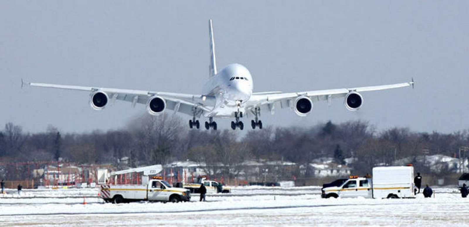 El Airbus A380 tiene la misma longitud que ocho autobuses londinenses de dos pisos y tiene en sus alas el suficiente espacio como para aparcar 70 coches.