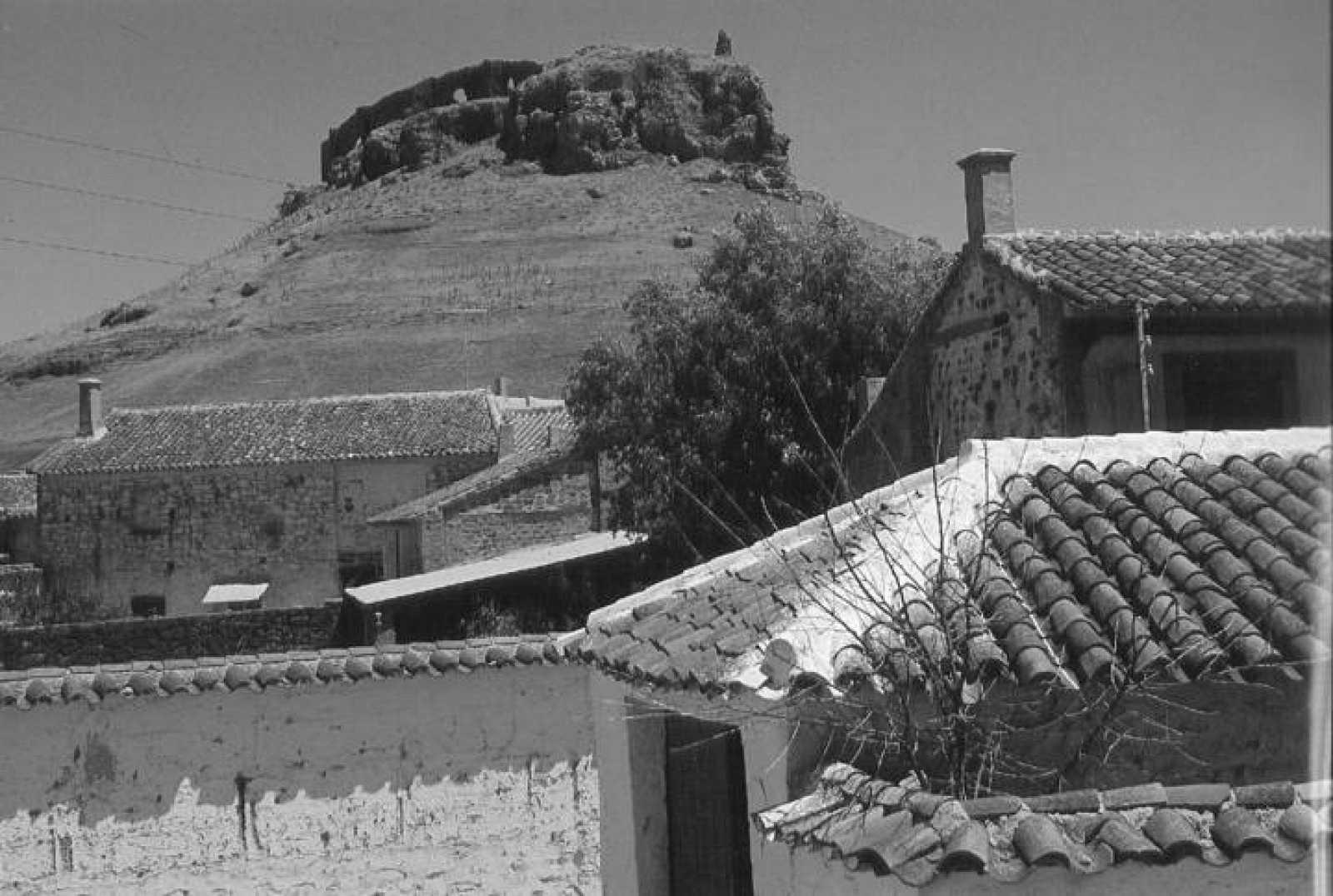 Montiel en los años 40. En lo alto, el Castillo de la Estrella.