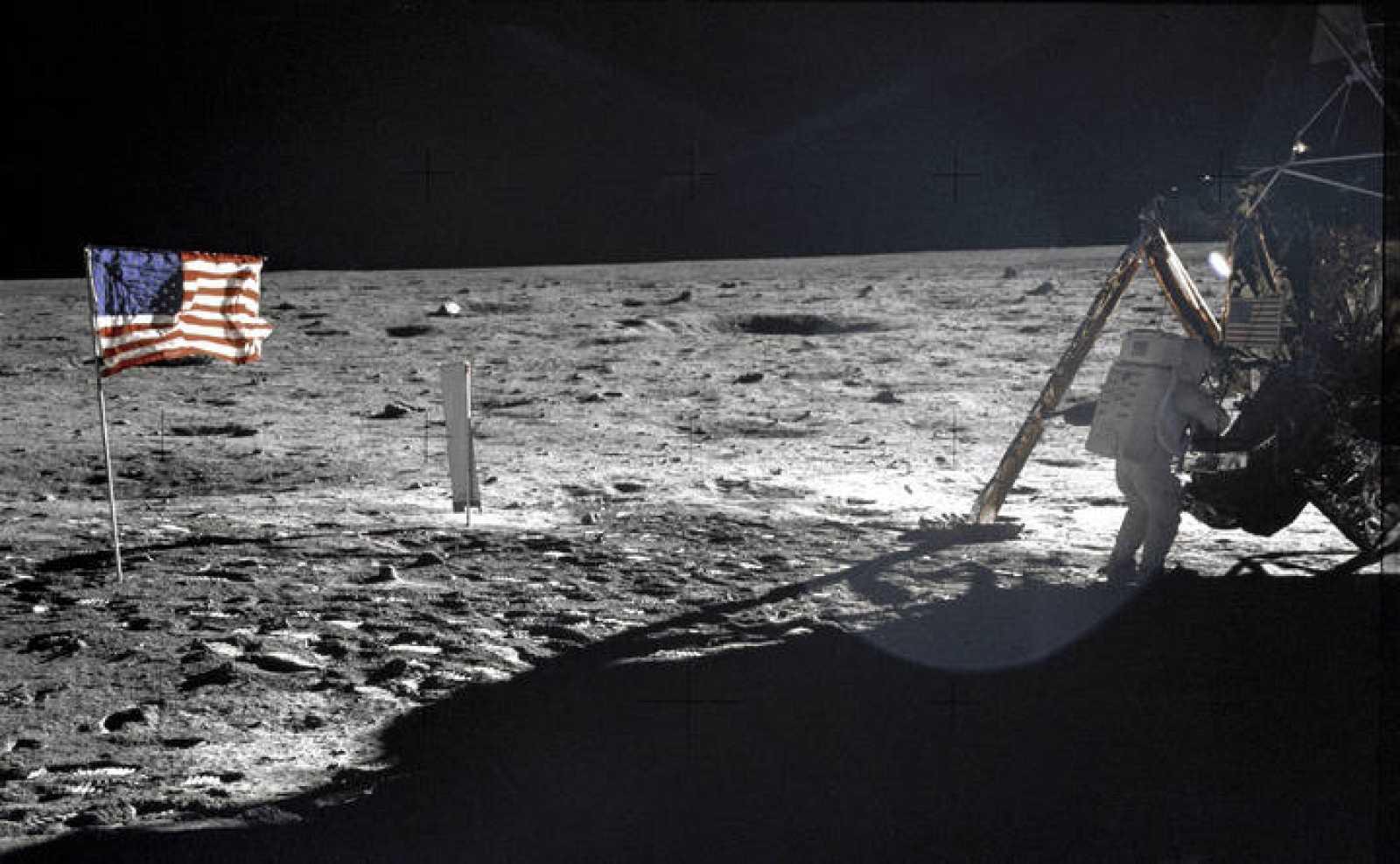 Neil Armstrong se convirtió en el primer hombre en pisar la Luna el 20 de julio de 1969.