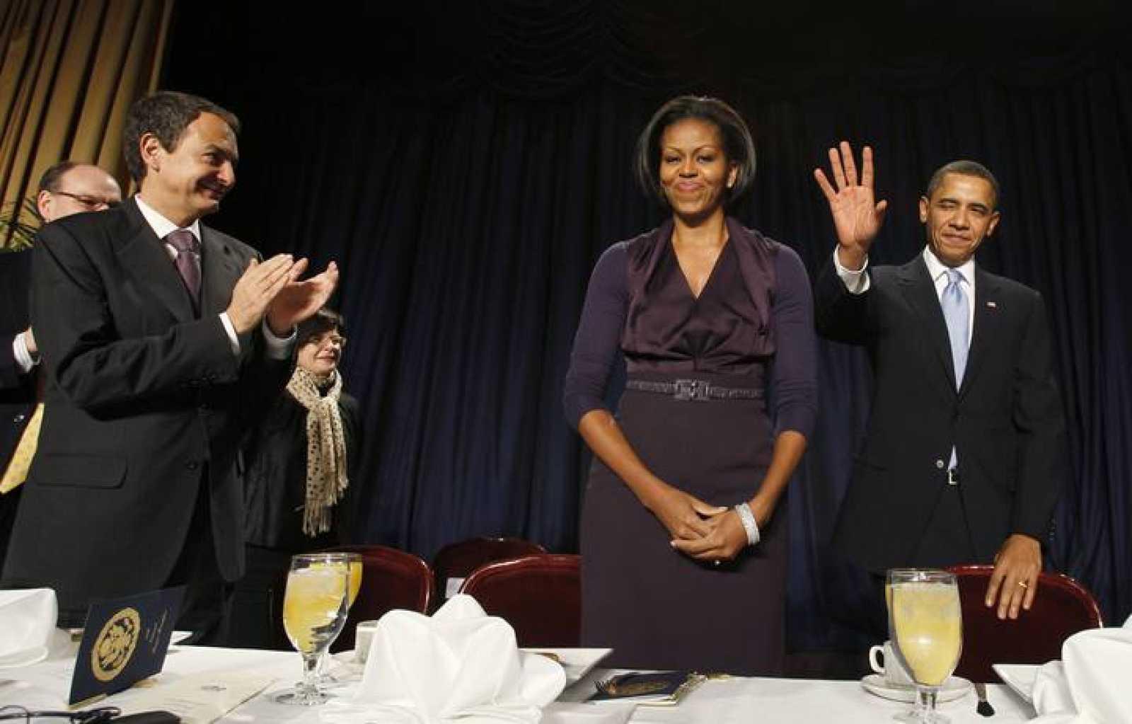 El presidente español, José Luis Rodríguez Zapatero, aplaude la llegada del presidente de EE.UU., Barack Obama, y de la primera dama al Desayuno Nacional de la Oración.