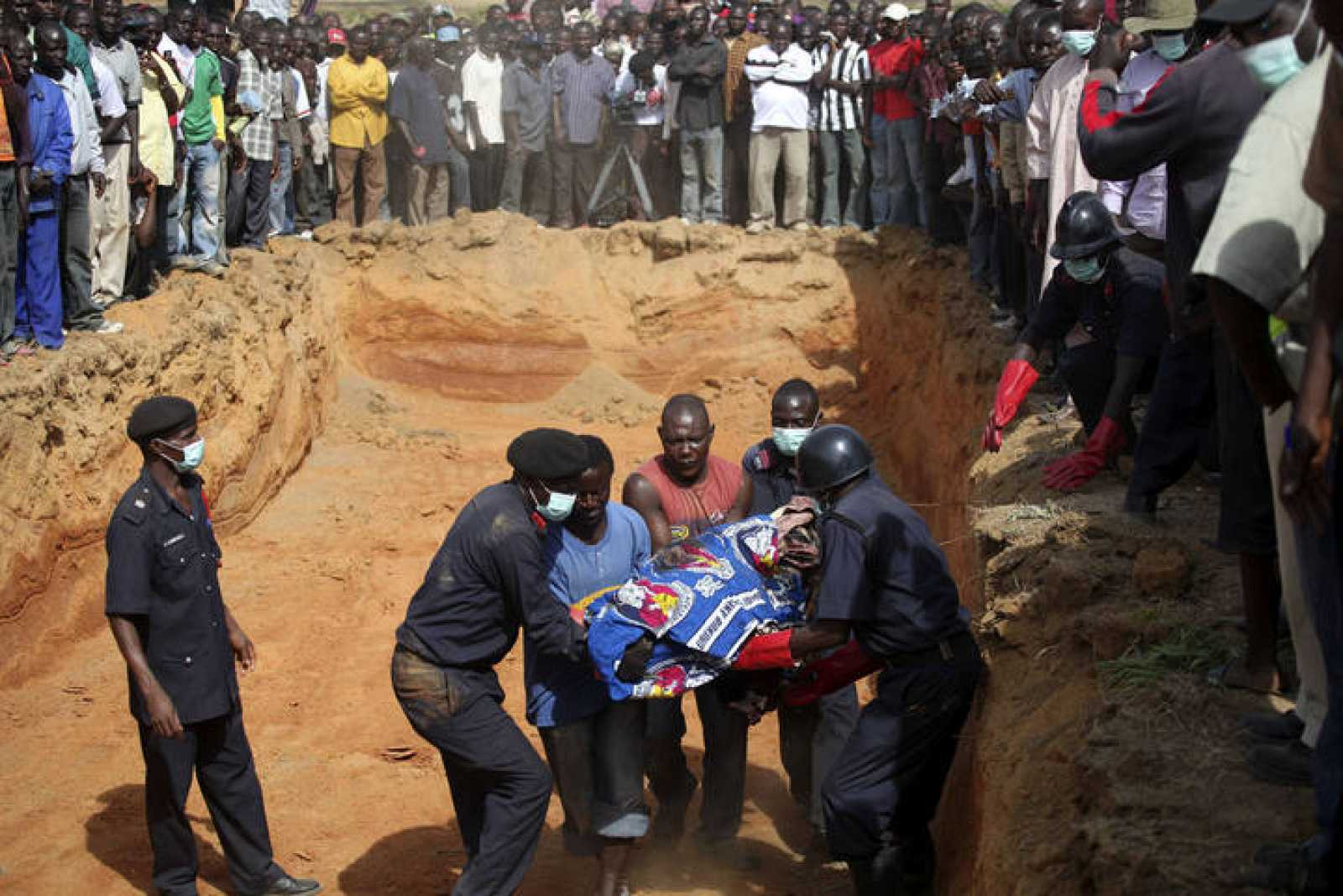 Las víctimas de la matanza de cristianos en Jos son enterradas por sus familiares y vecinos.