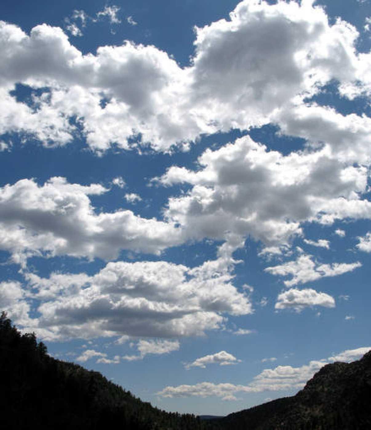 Las nubes están compuestas por agua y por cristales de hielo y lo lógico sería pensar que por la gravedad tendrían que caer al suelo.