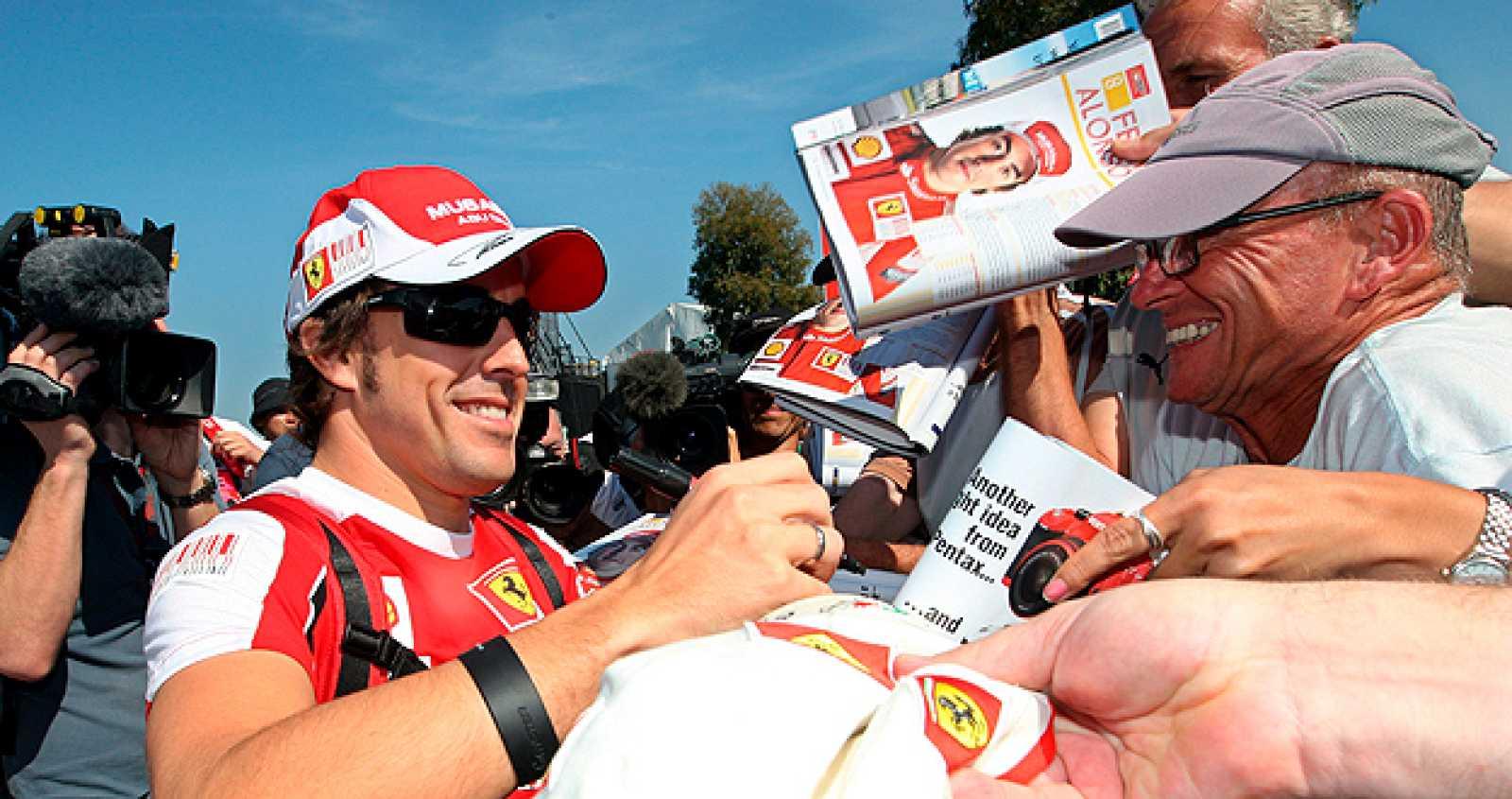 "El piloto español de Fórmula Uno Fernando Alonso, de Ferrari, firma autógrafos a su llegada al ""paddock"" del circuito Albert Park de Melbourne (Australia)."