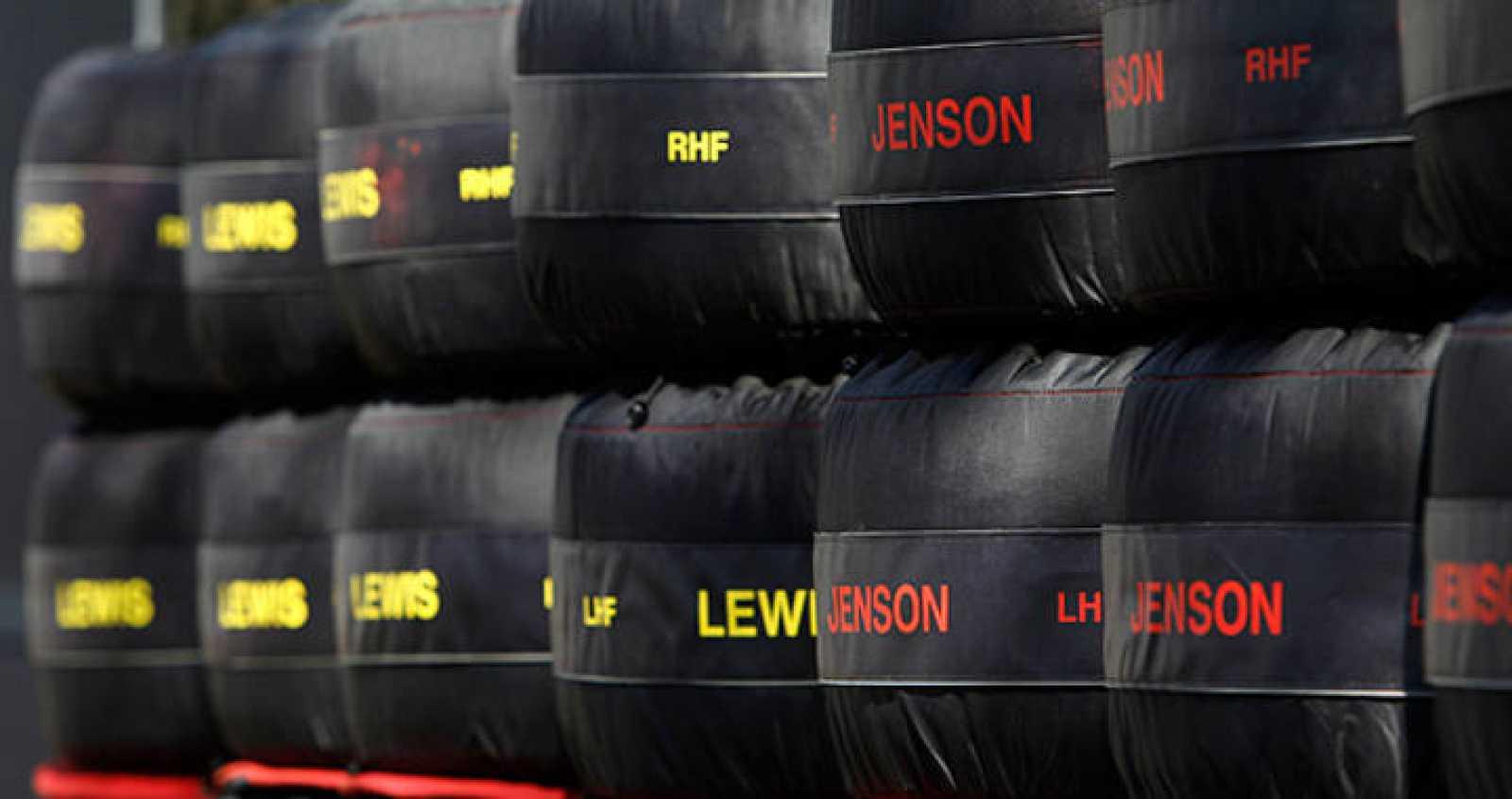 Imagen de los neumáticos de los pilotos de McLaren Lewis Hamilton y Jenson Button en su garaje del circuito australiano de Albert Park.