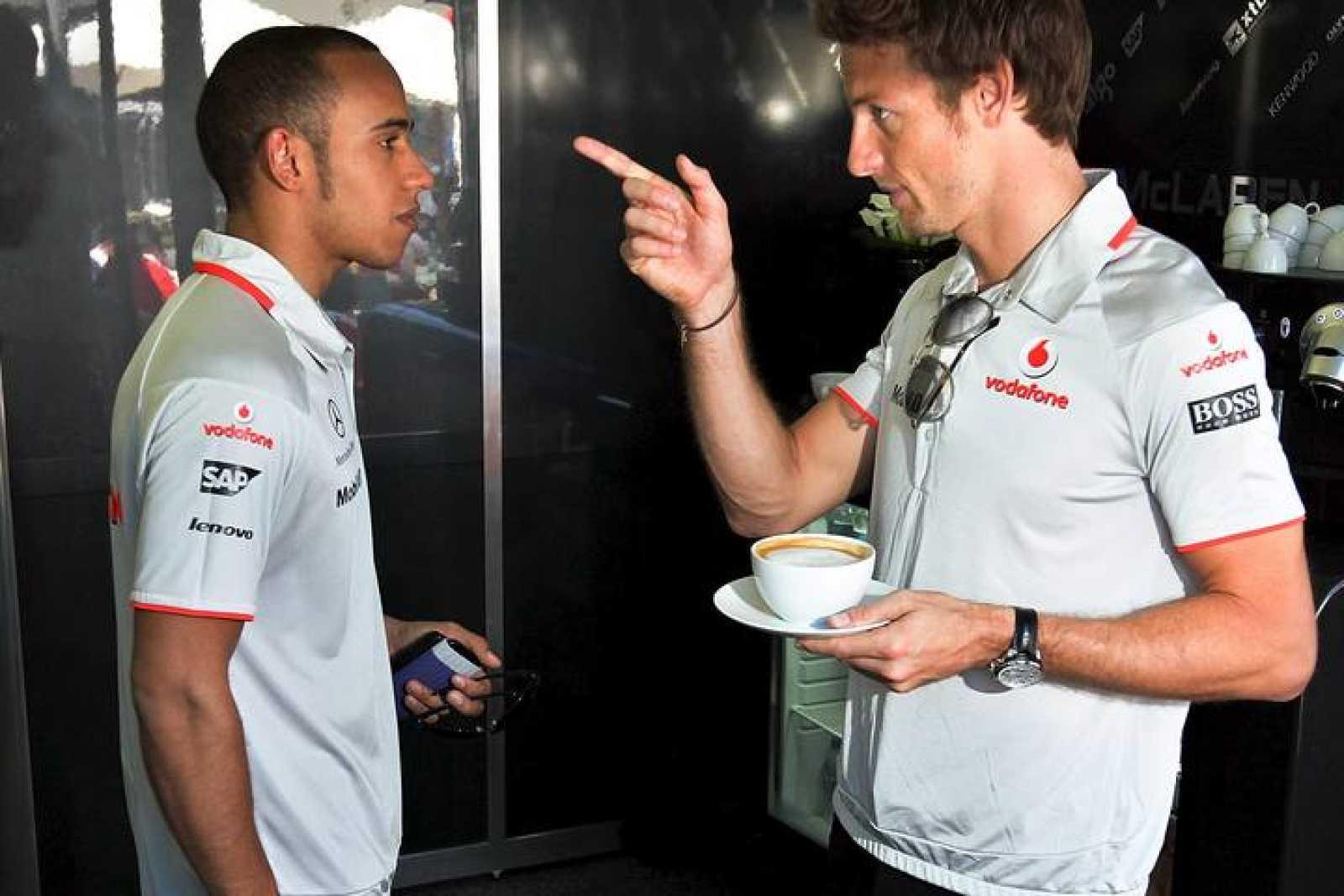 El británico Lewis Hamilton, con su compatriota y compañero de equipo Jenson Button.