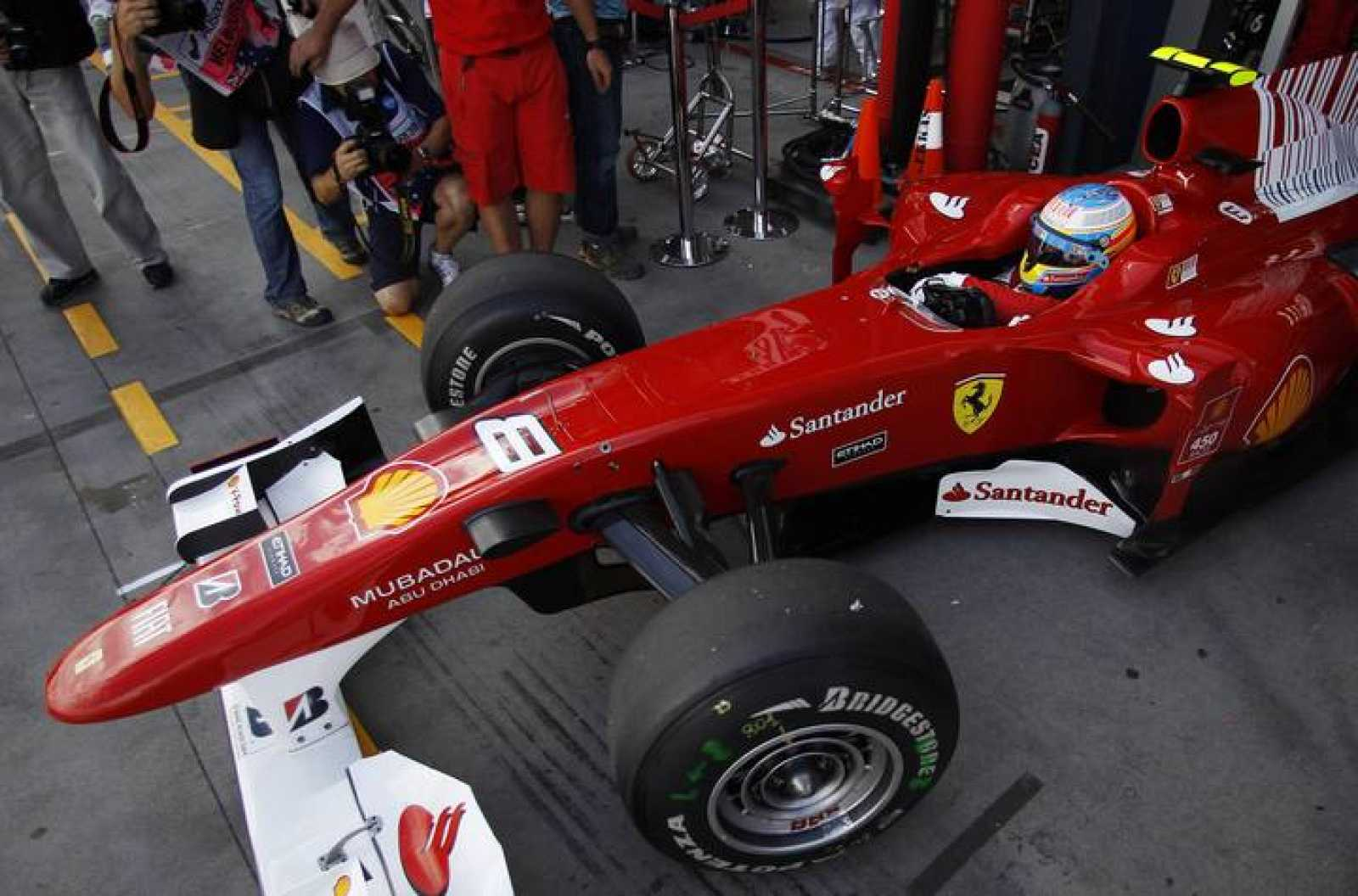 Fernando Alonso sale del pit lane durante los entrenamientos libres del GP de Australia.