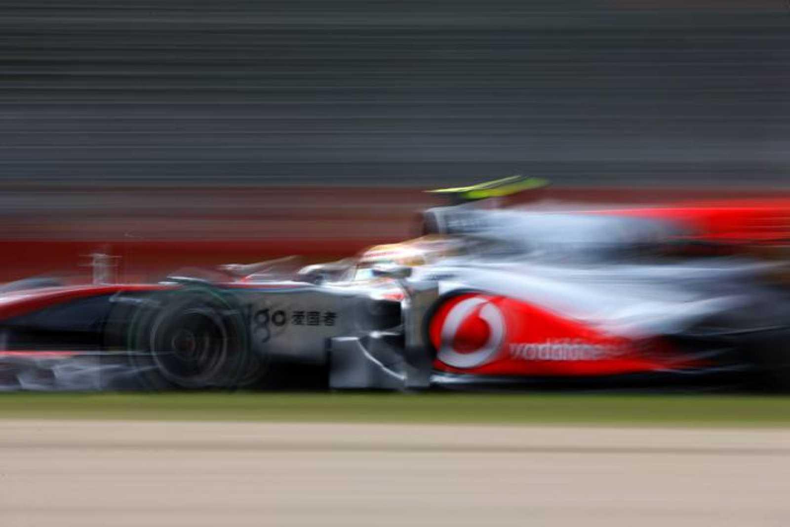 El McLaren de Lewis Hamilton, en la segunda sesión de entrenamientos en el circuito de Albert Park, en Melbourne.