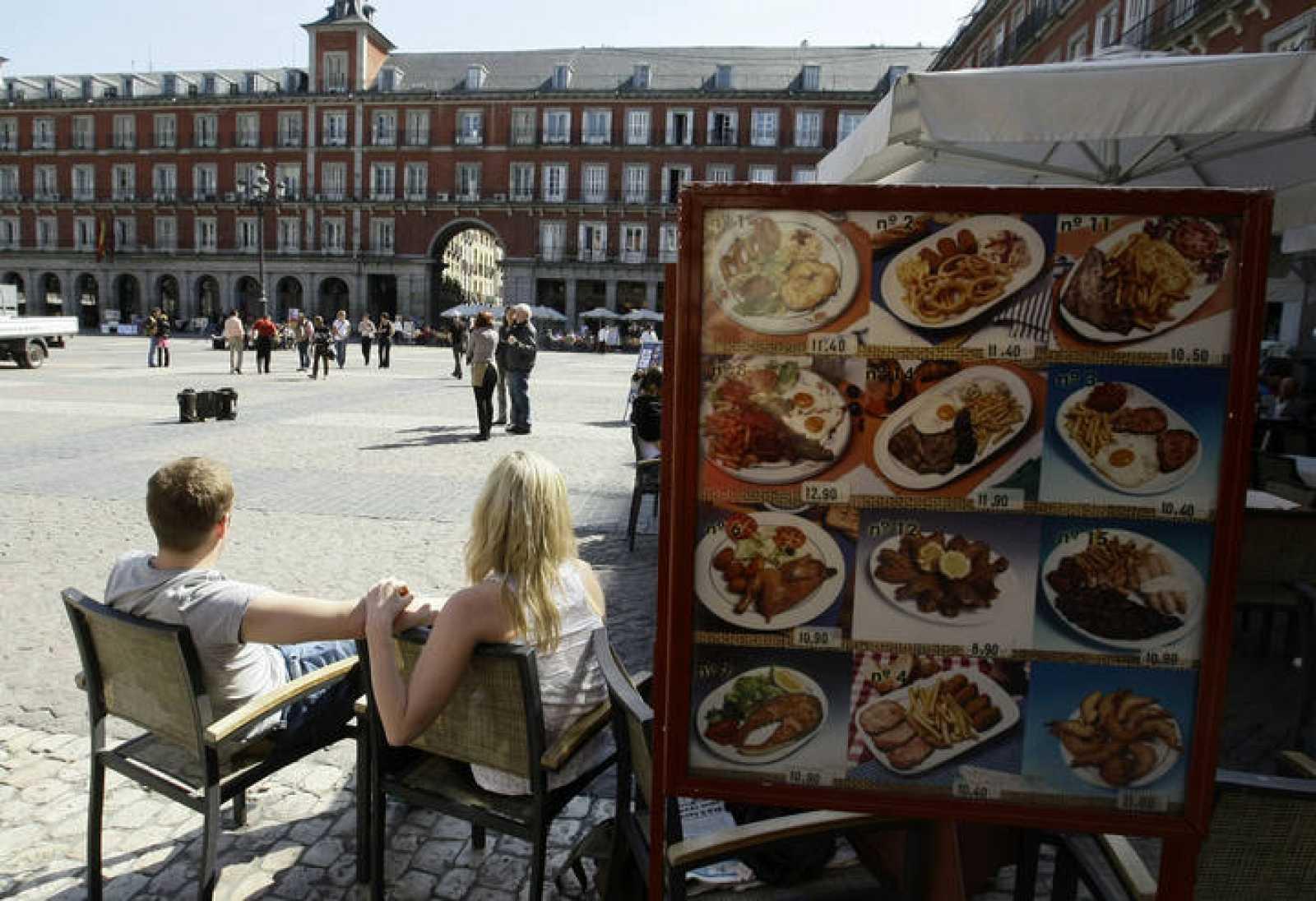 Varios turistas en la Plaza Mayor de Madrid