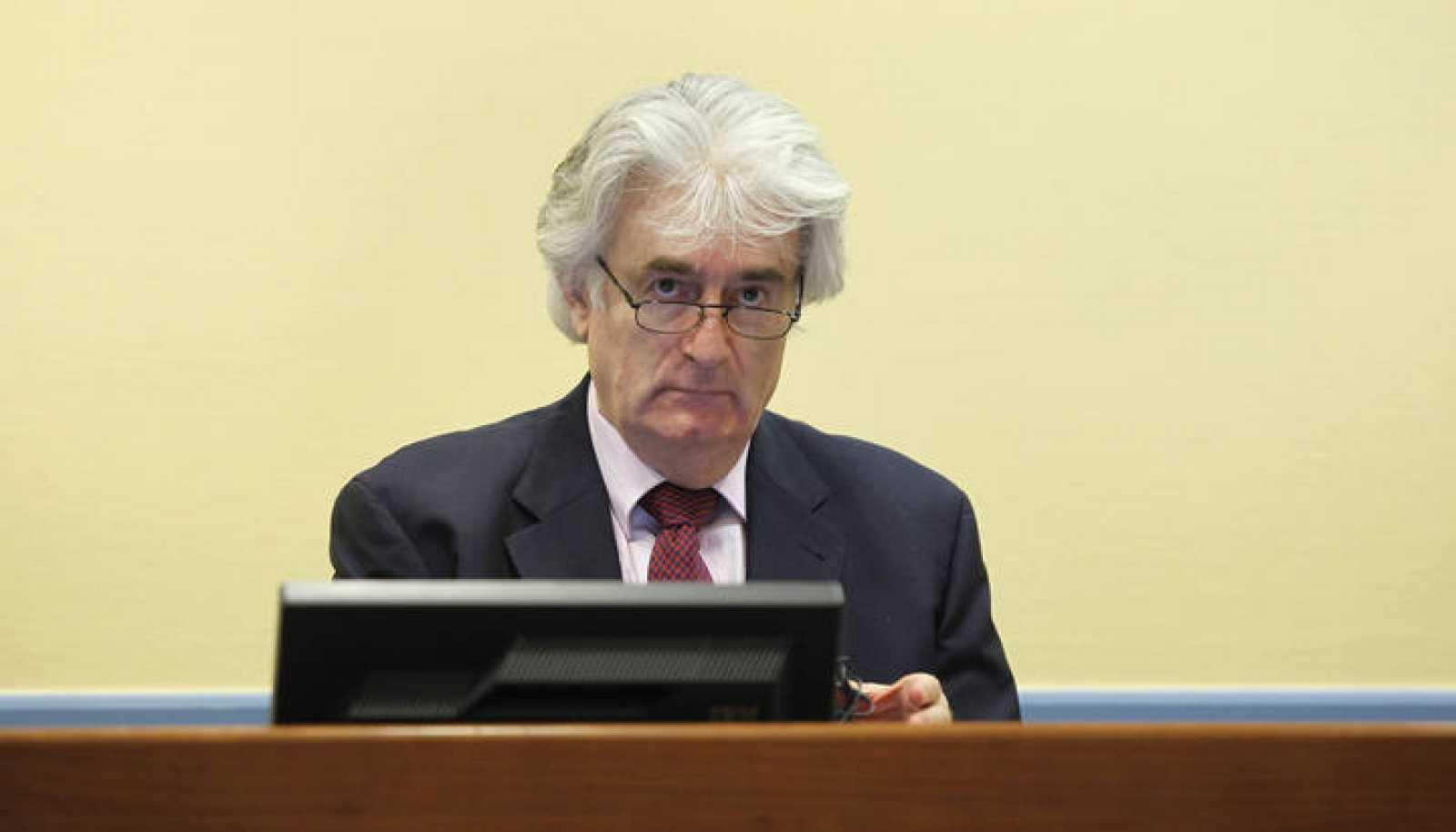 El ex líder Karadzic en una de sus últimas esiones judiciales