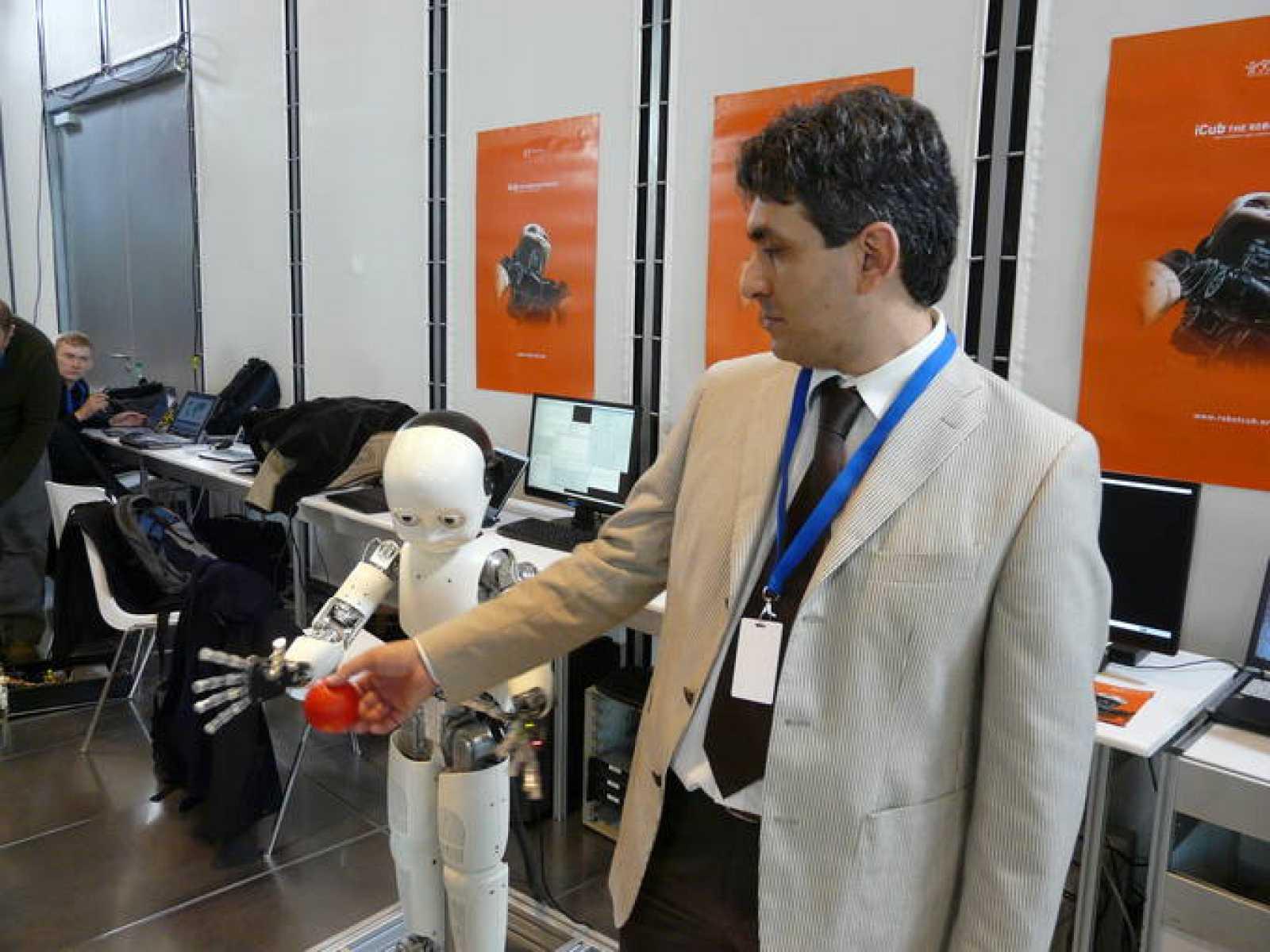 Giorgio Metta juega con iCub, el robot que ha sido capaz de ir adquiriendo conocimientos.