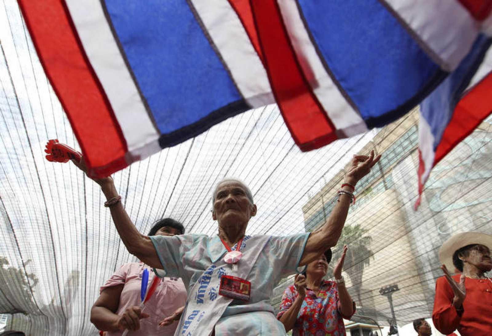"""Un """"camisa roja"""" baila en una barricada ubicada en el centro financiero de Bangkok"""