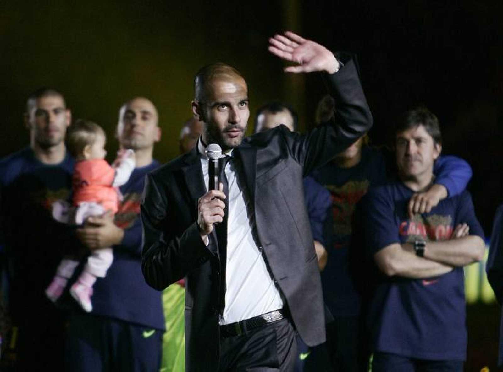 Guardiola habla a los aficionados del Camp Nou después de proclamarse el Barça campeón de la Liga 2009-2010.