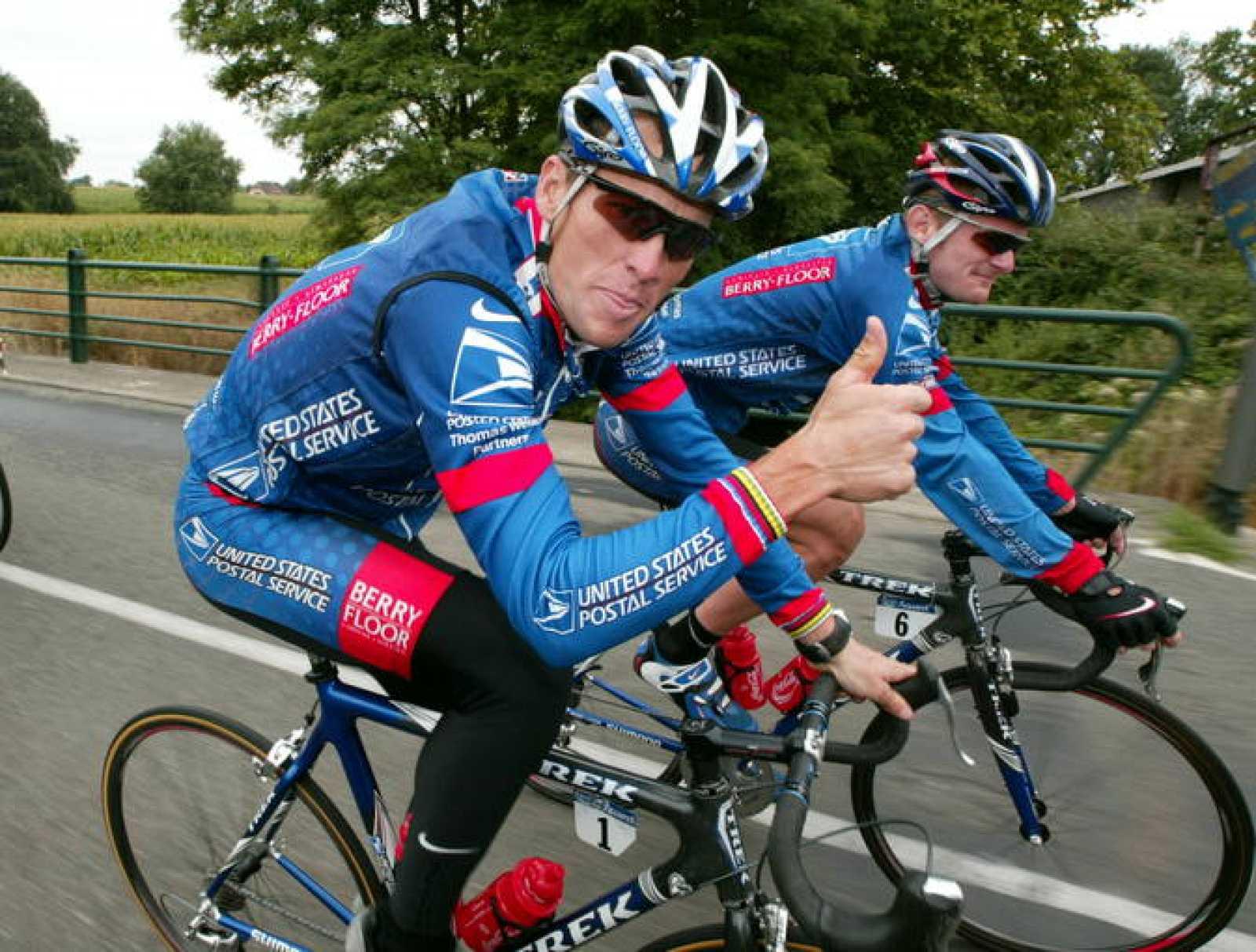 Imagen de los ciclistas del US Postal Lance Armstrong y Floyd Landis durante un entrenamiento en el año 2003.