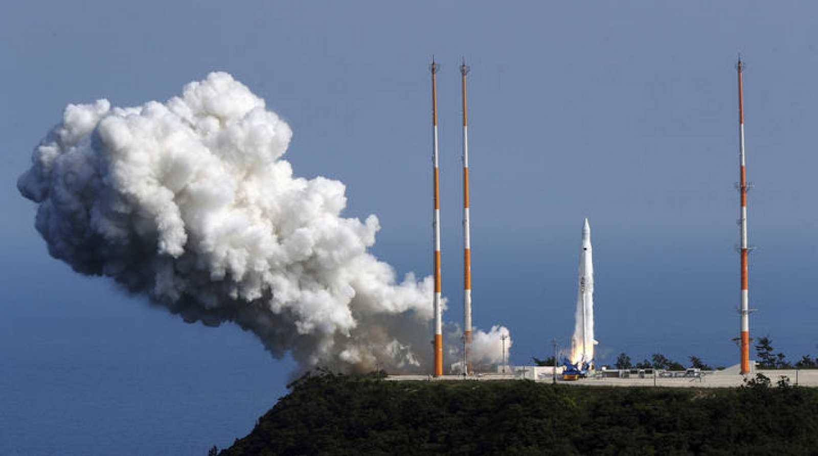 El cohete coreano en el momento del lanzamiento