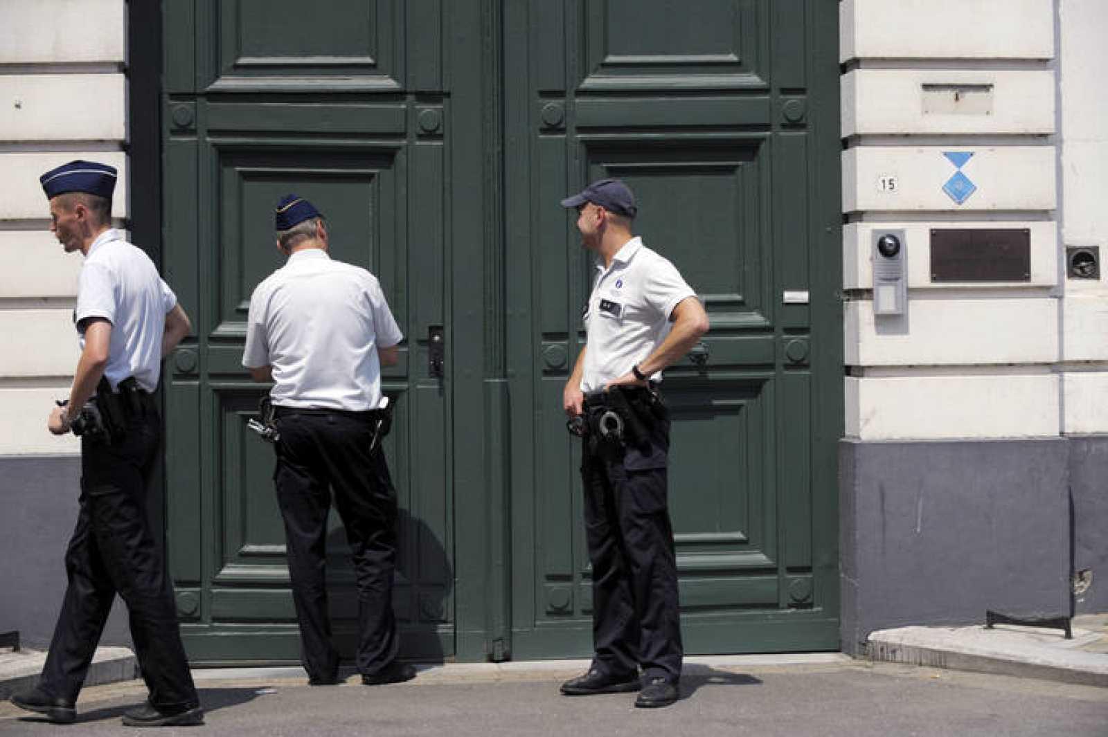 Oficiales de Policía, en la oficina del arzobispo de Malinas-Bruselas.