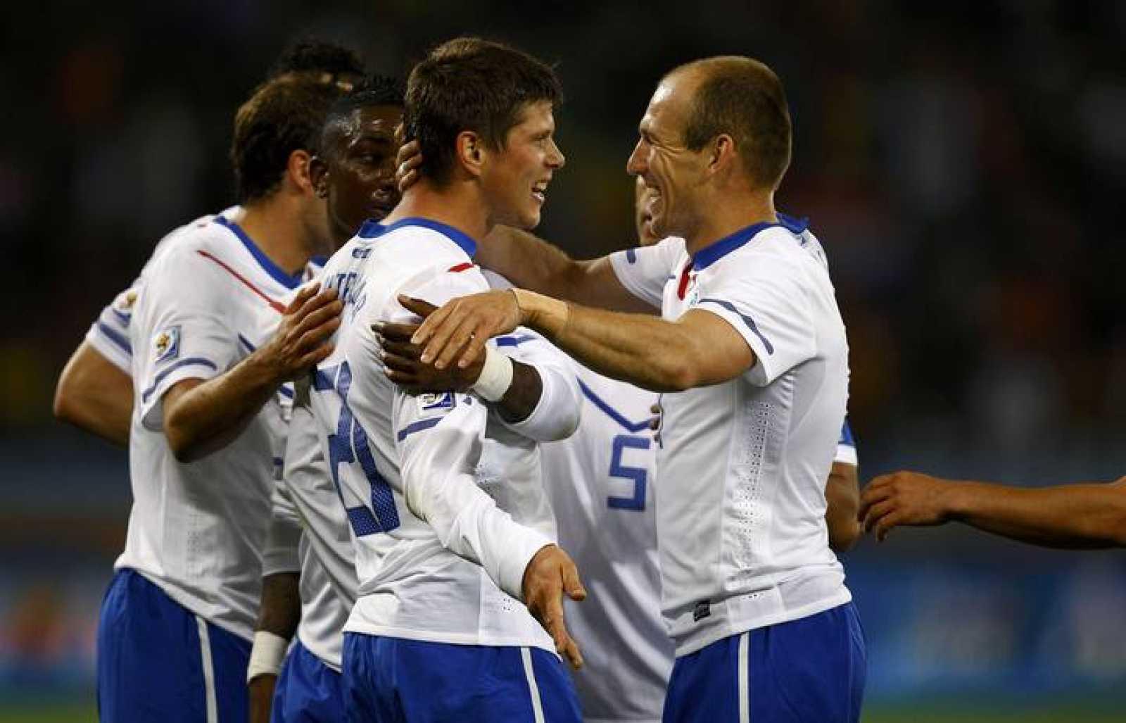 Huntelaar celebra con Robben el segundo gol del partido.