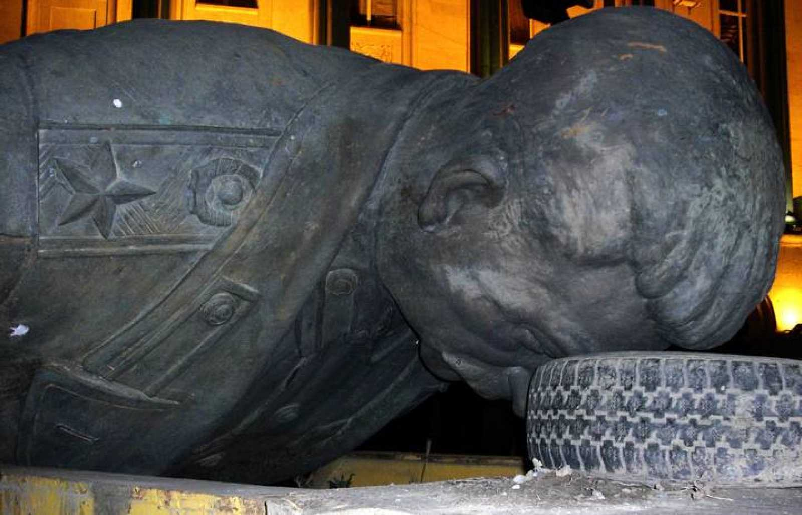 La estatua del dictador Stalin es retirada de su ciudad natal.