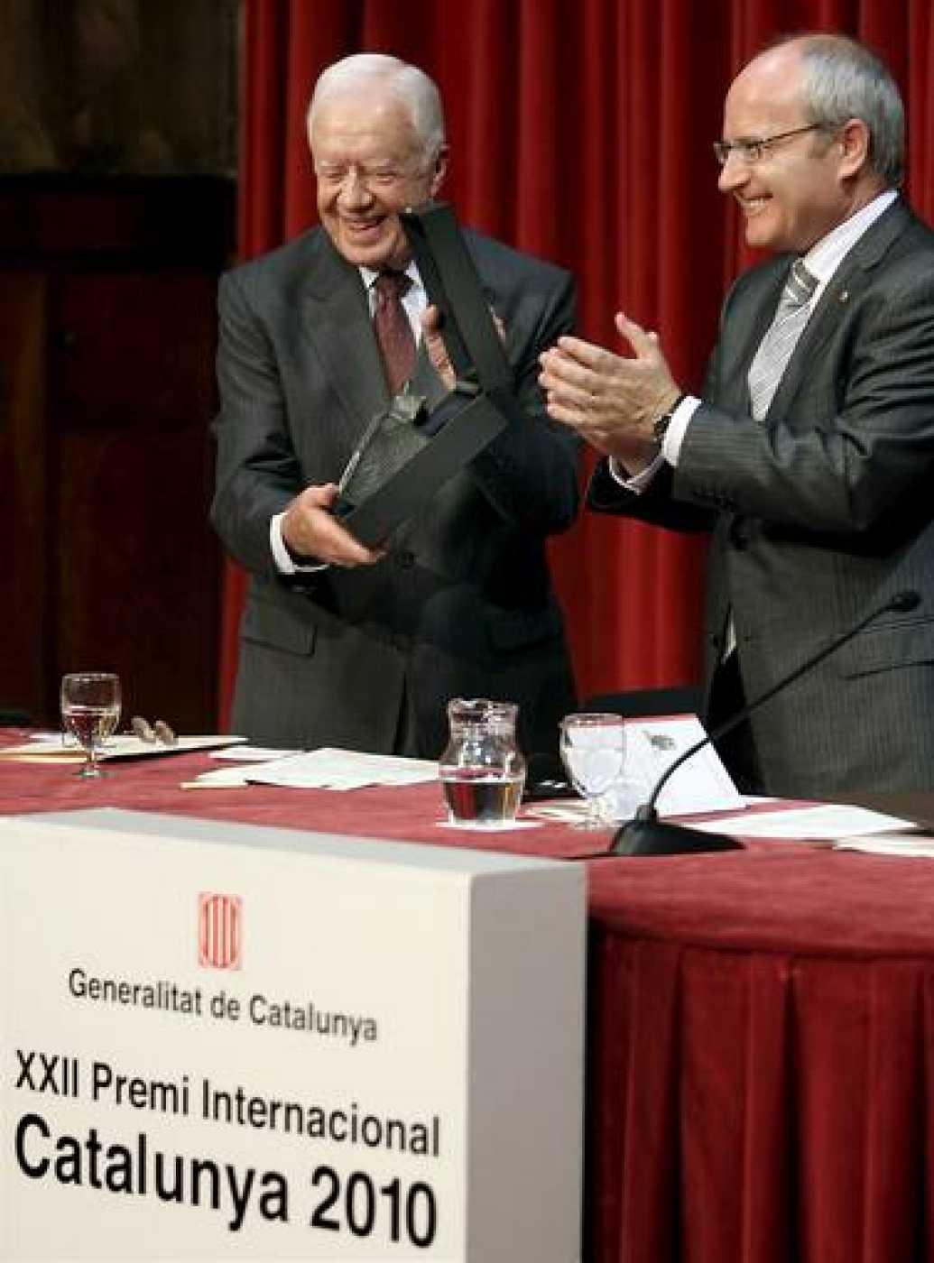 El ex presidente de EEUU Jimmy Carter tras recibir de manos del presidente de la Generalitat, José Montilla, el XXII Premio Internacional Cataluña 2010.
