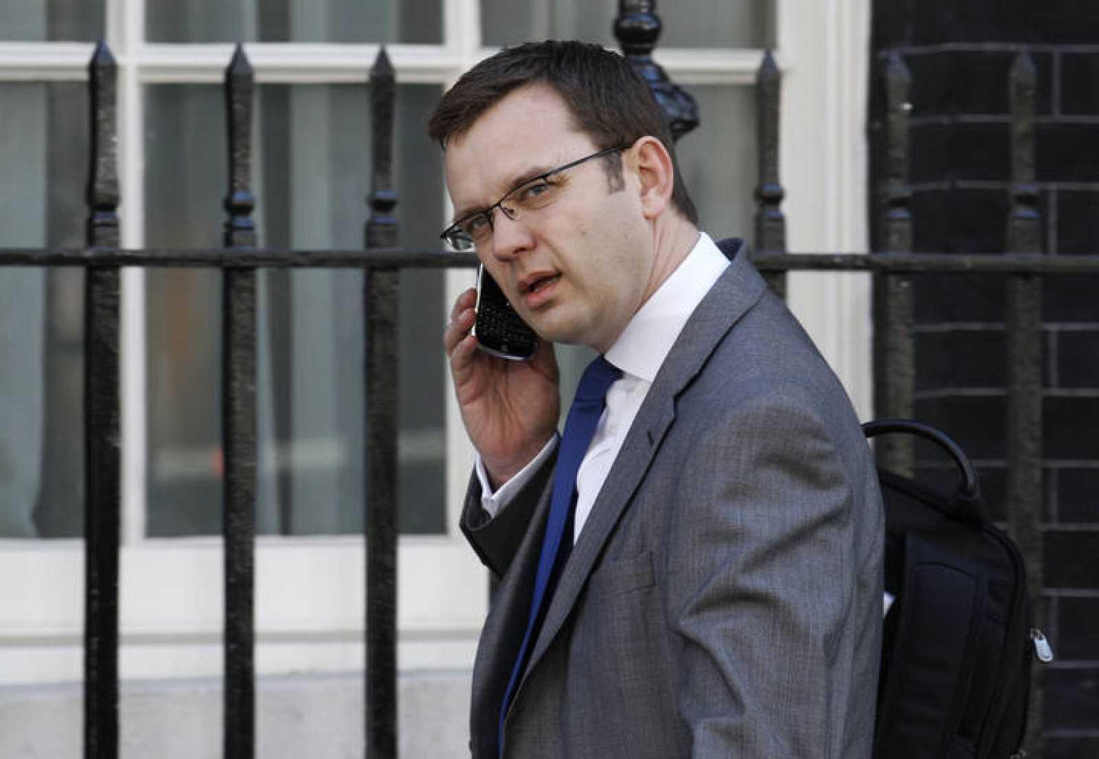 El asesor de comunicación de Cameron, Andy Coulson, hablando por teléfono.